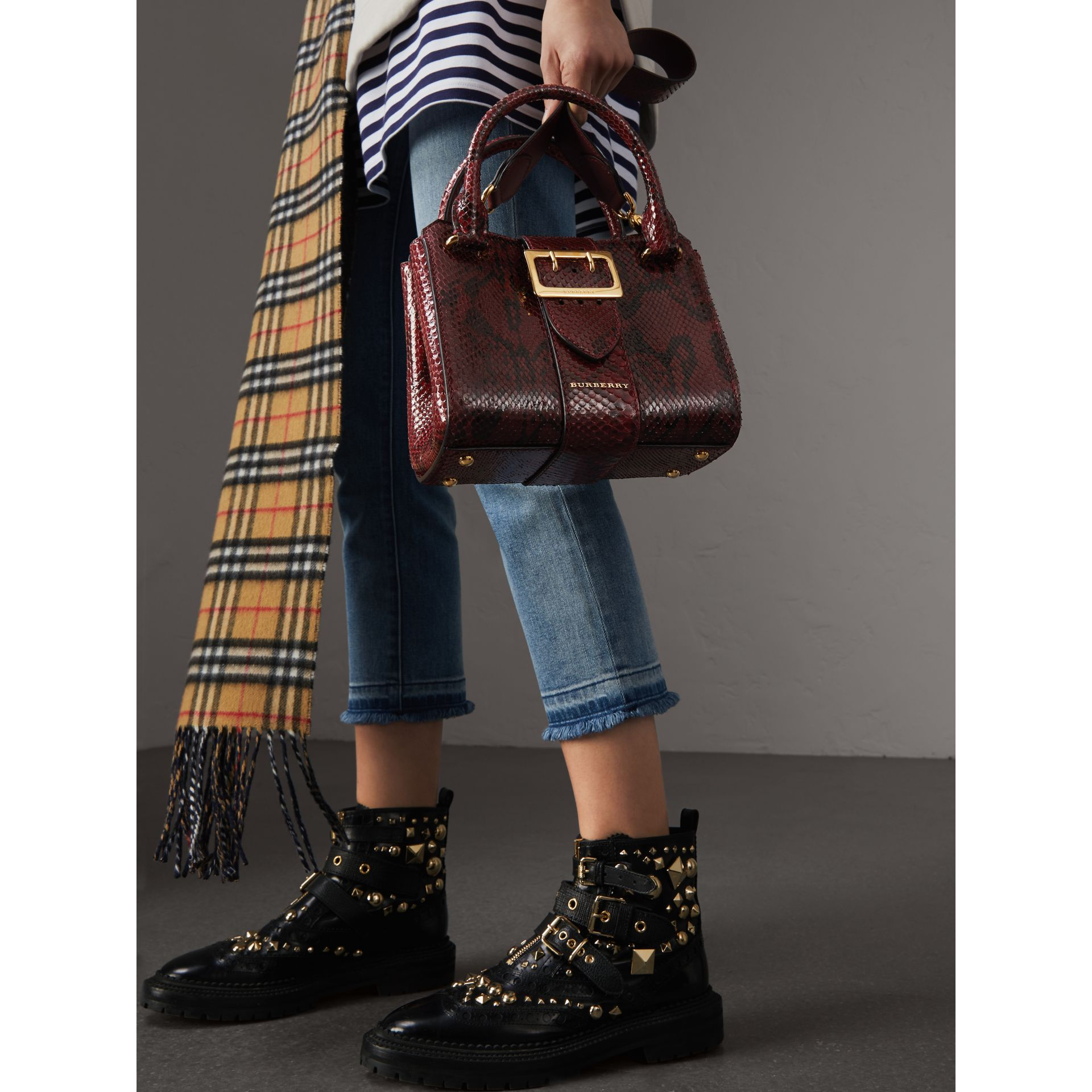 The Small Buckle Tote aus Pythonleder (Burgunderrot) - Damen | Burberry - Galerie-Bild 7