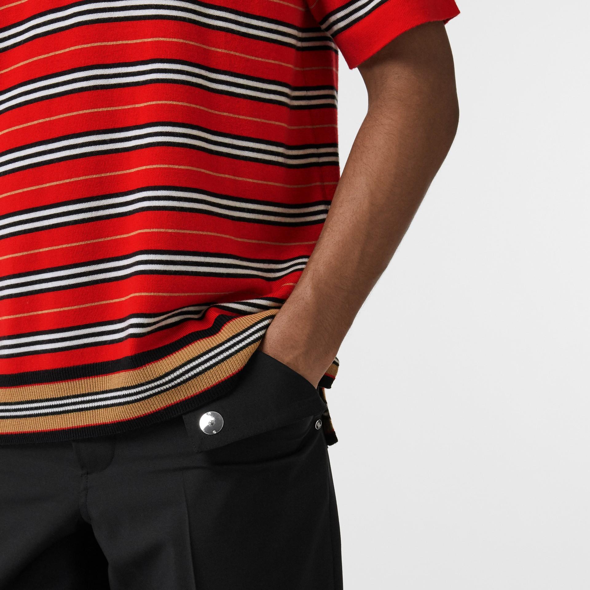 Polo en lana de merino a rayas contrastantes (Rojo Intenso) - Hombre | Burberry - imagen de la galería 3