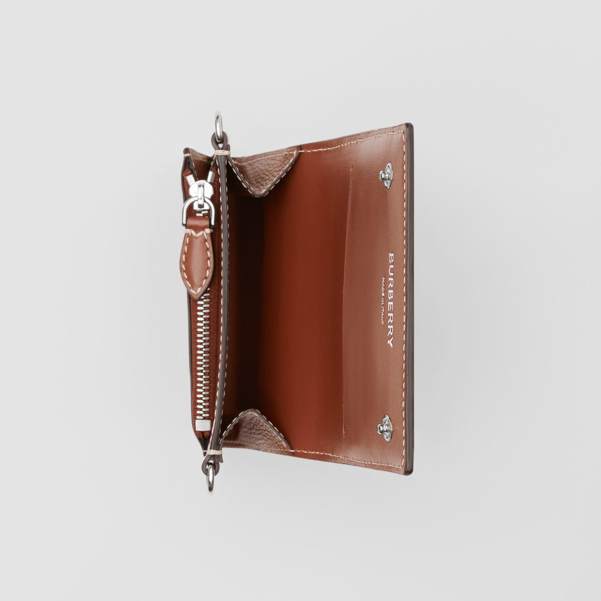 スモール グレイニーレザー ウォレット ウィズ デタッチャブルストラップ (タン) | バーバリー - ギャラリーイメージ 5