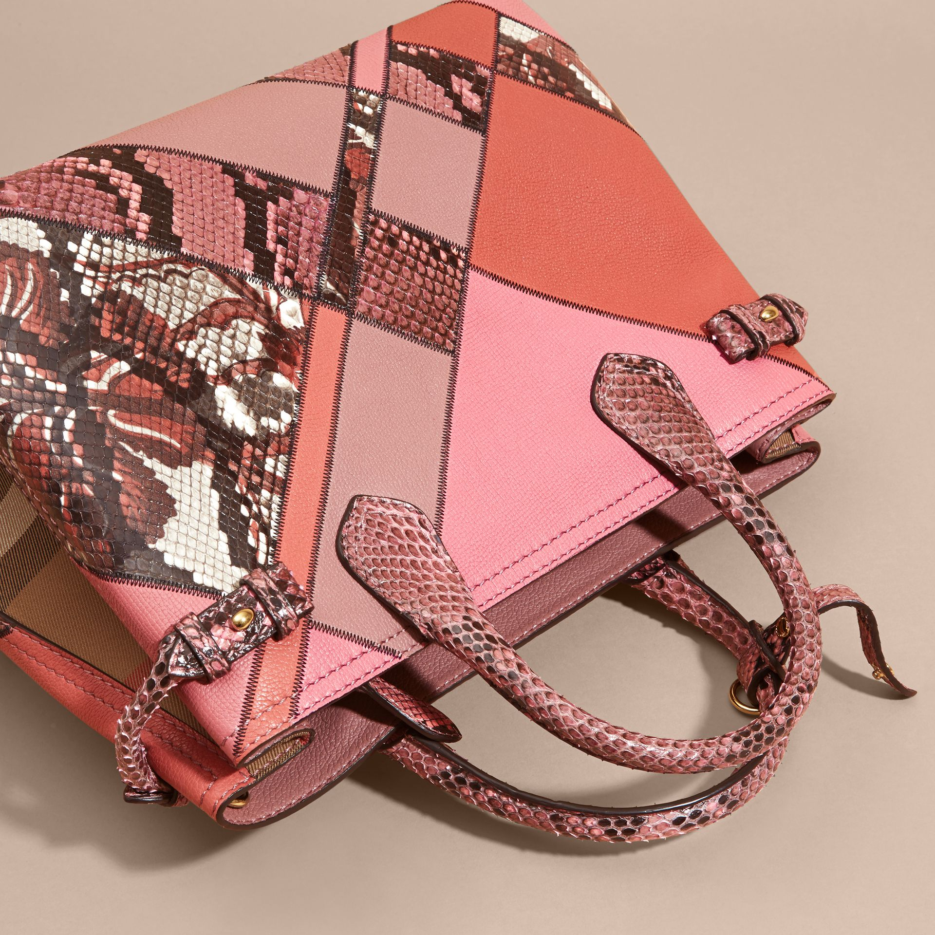 Sac The Banner medium en cuir et python façon patchwork (Rose Cendré) - Femme | Burberry - photo de la galerie 9