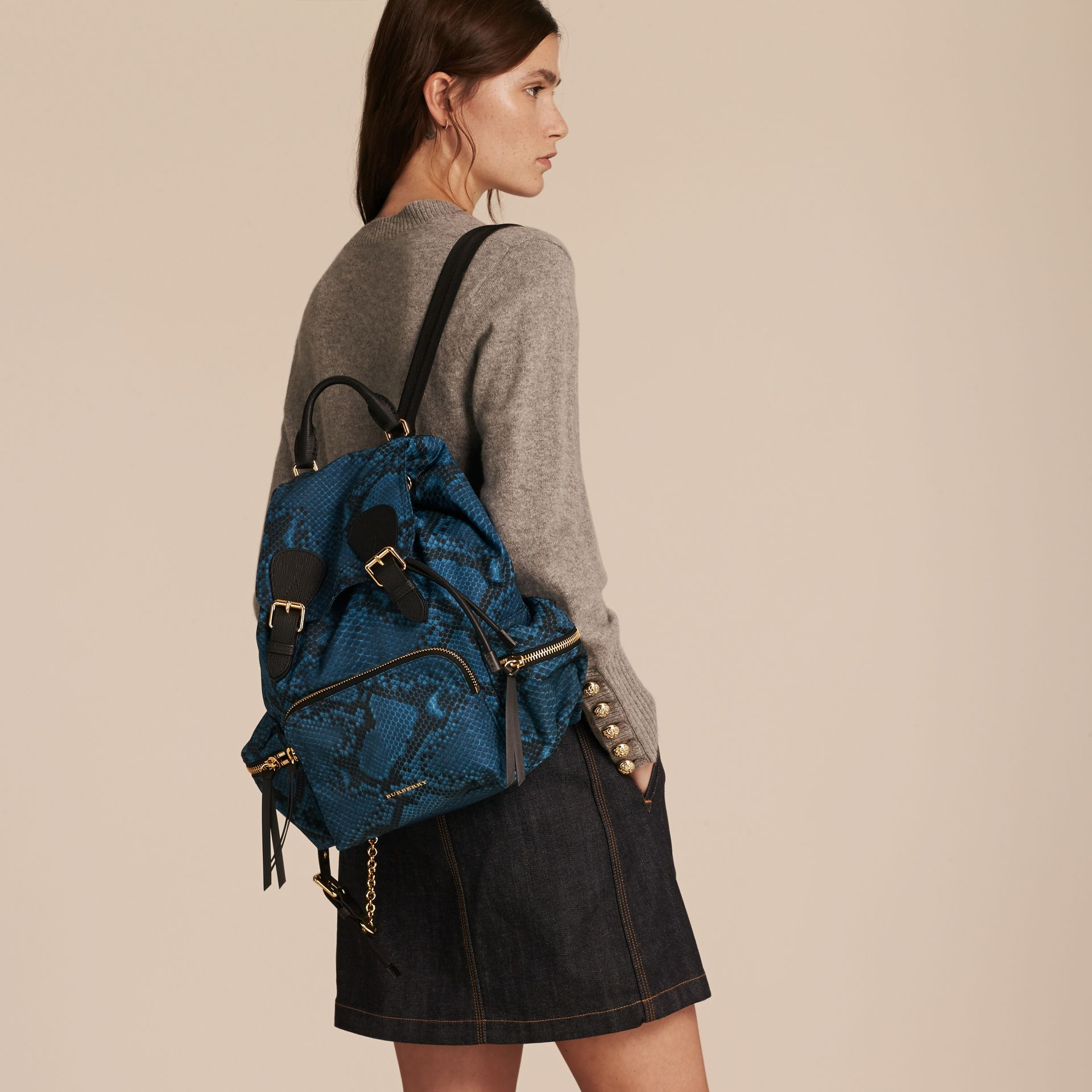 Sac The Rucksack medium en nylon à imprimé python et cuir Bleu - photo de la galerie 3