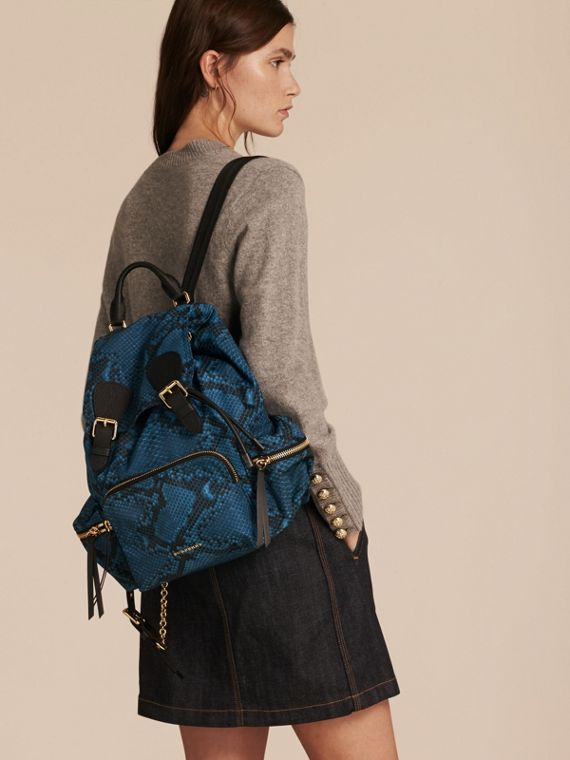 Sac The Rucksack medium en nylon à imprimé python et cuir Bleu - cell image 2