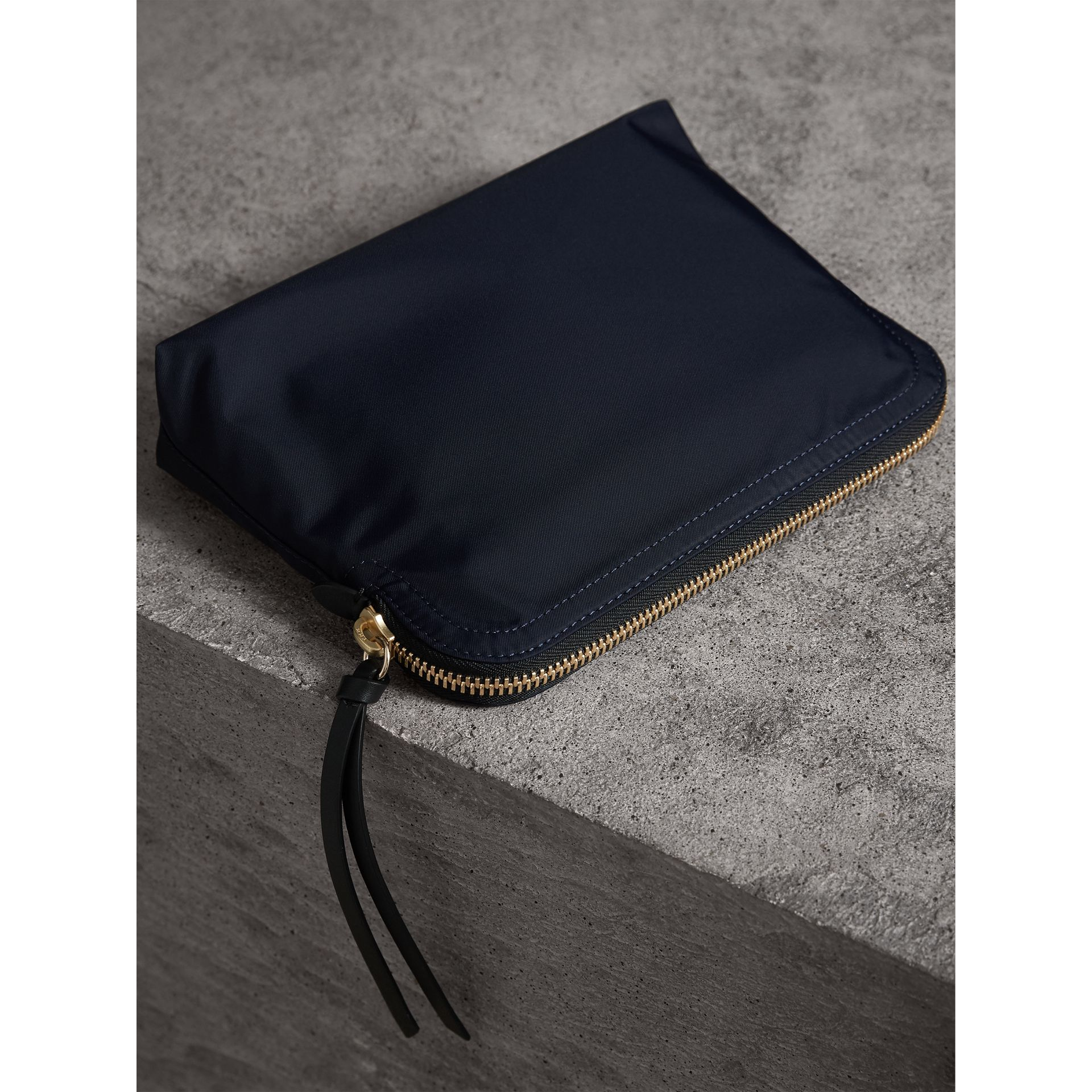 Grande pochette zippée en nylon technique (Bleu Encre) - Femme | Burberry - photo de la galerie 4