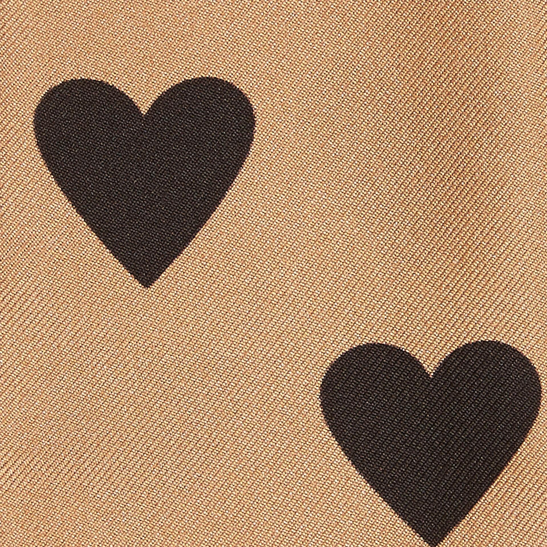 Camelfarben/schwarz Schmaler Seidenschal mit Herzmuster Camelfarben/schwarz - Galerie-Bild 2