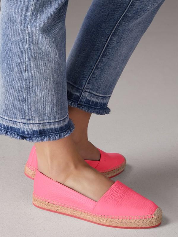Espadrilles de couro granulado com detalhe em relevo (Rosa Neon) - Mulheres | Burberry - cell image 2
