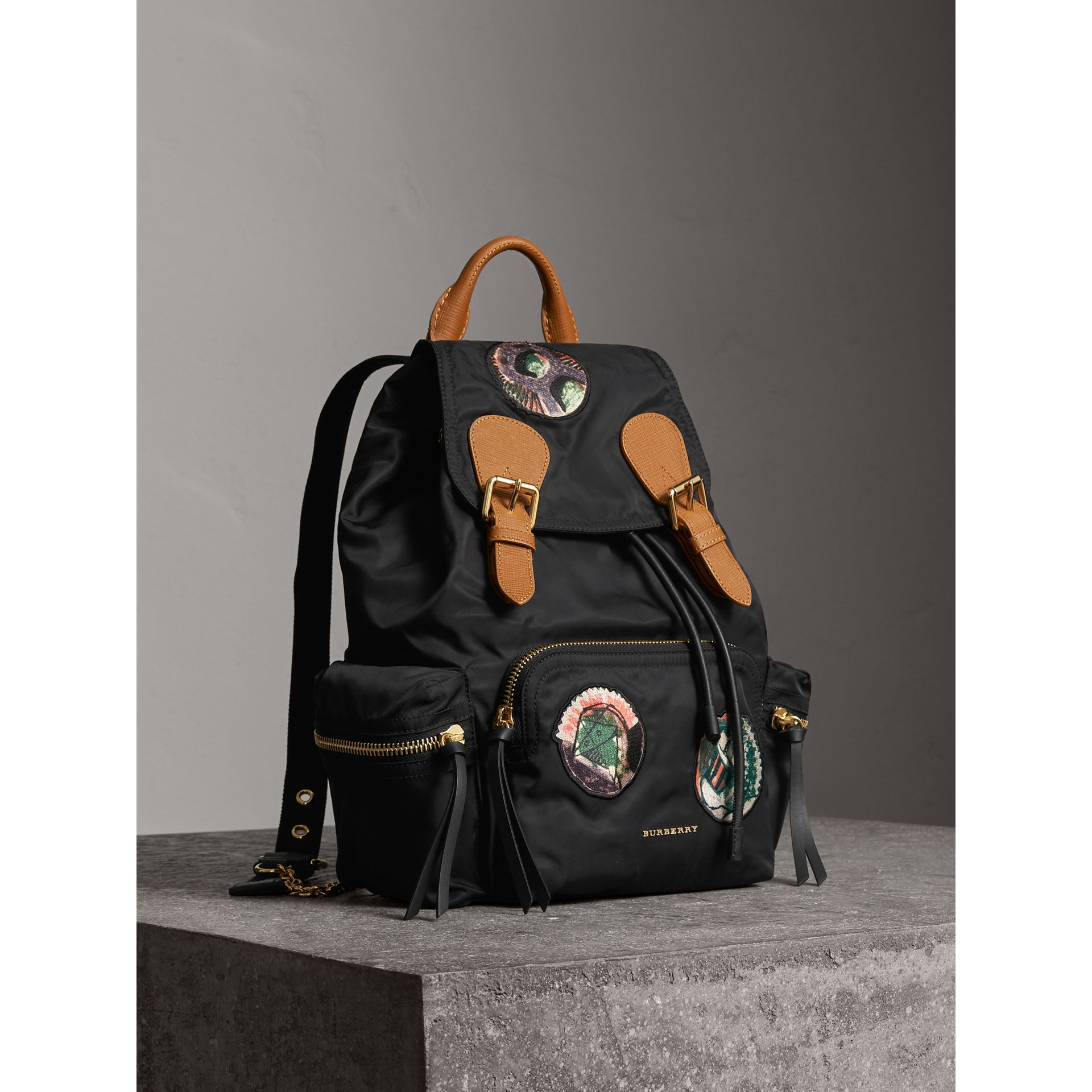Sac The Rucksack medium en nylon technique avec appliqué à motif Pallas Heads (Noir) - Femme | Burberry - photo de la galerie 1