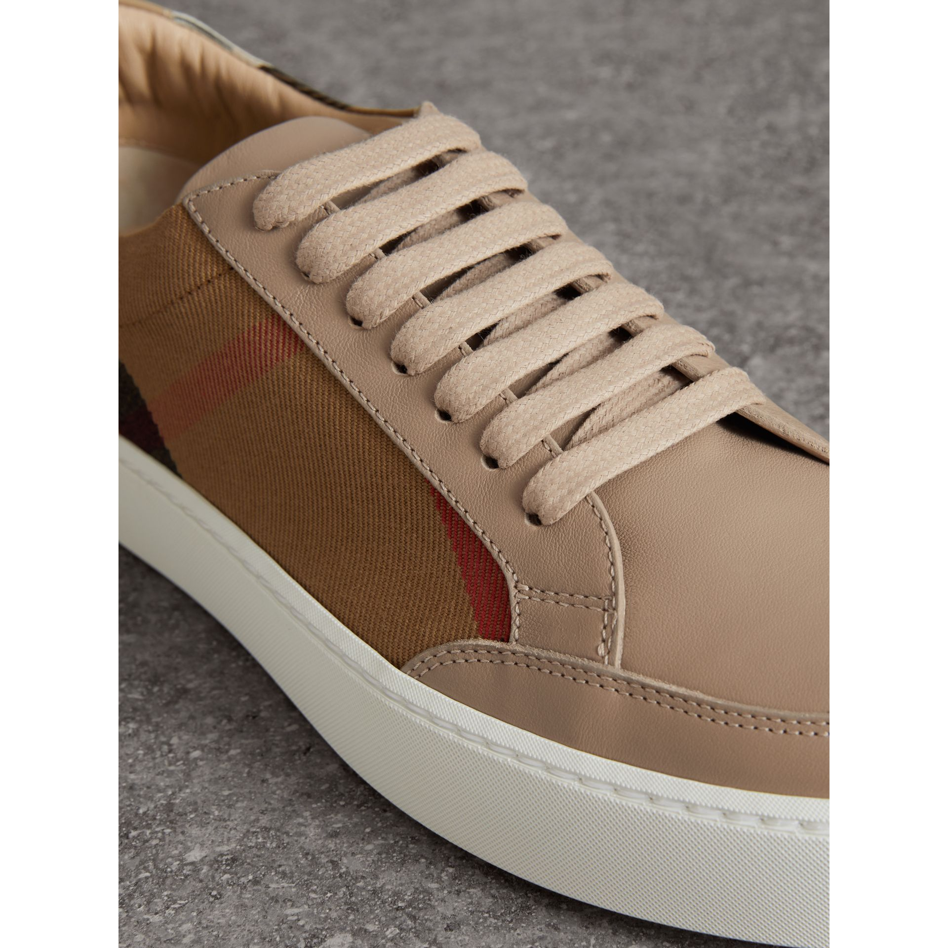 Sneakers en cuir avec détails check (House Check/nude) - Femme | Burberry - photo de la galerie 1