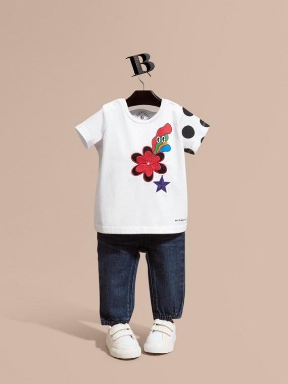 Camiseta de algodão com estampa gráfica de flores bordadas