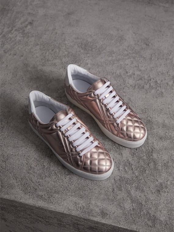 Sneakers en cuir avec matelassage à motif check métallisé (Nude Métallisé)