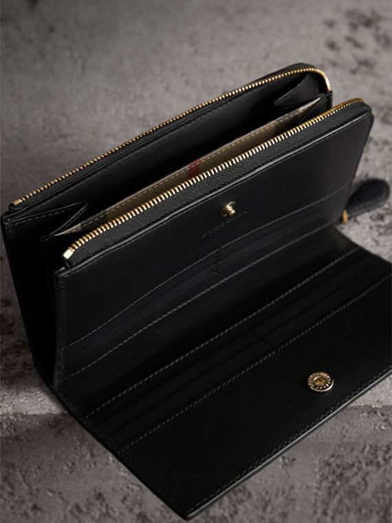 Grainy Leather Ziparound Wallet in Black - Women | Burberry Australia - cell image 3