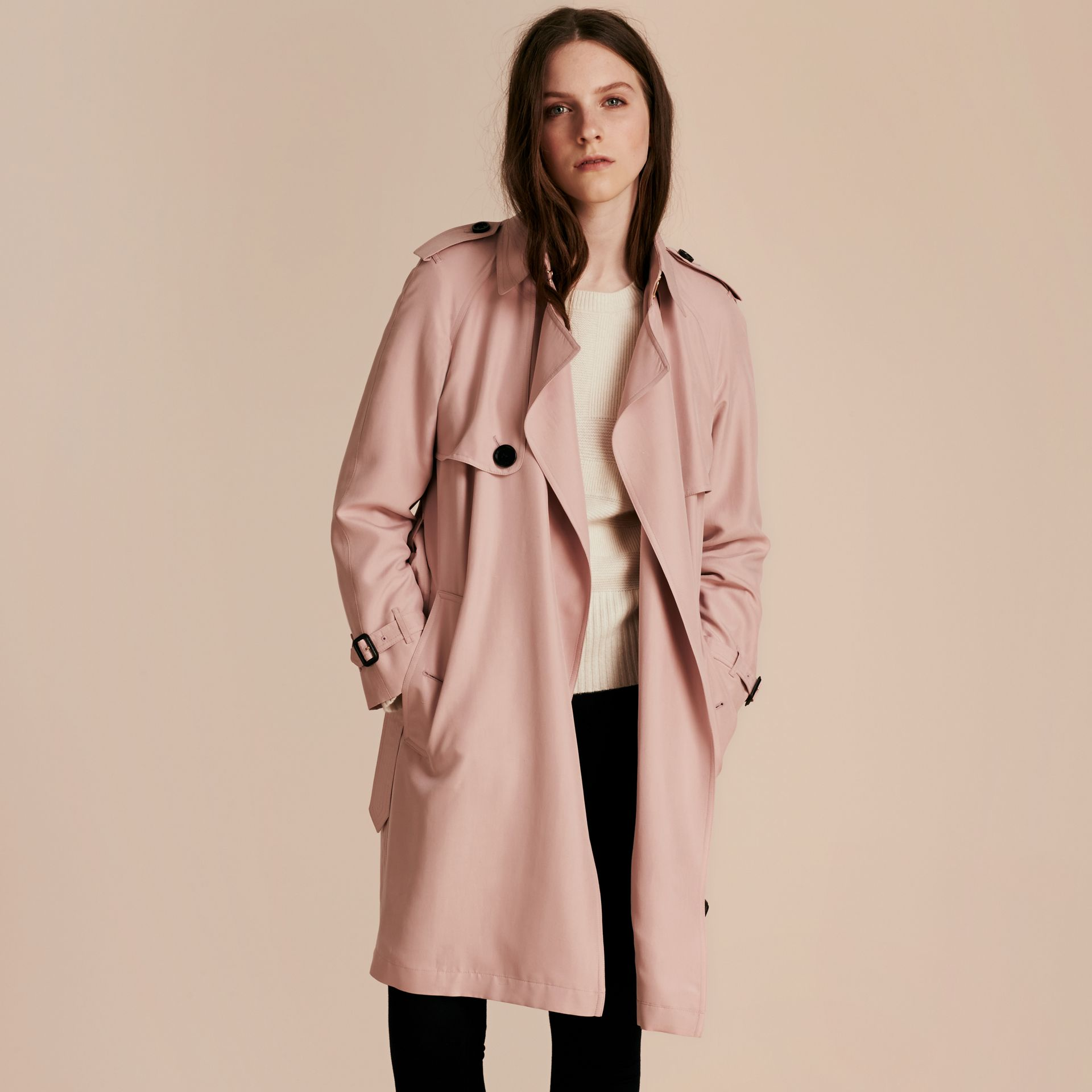 Rose craie Trench-coat portefeuille léger en soie flammée - photo de la galerie 7