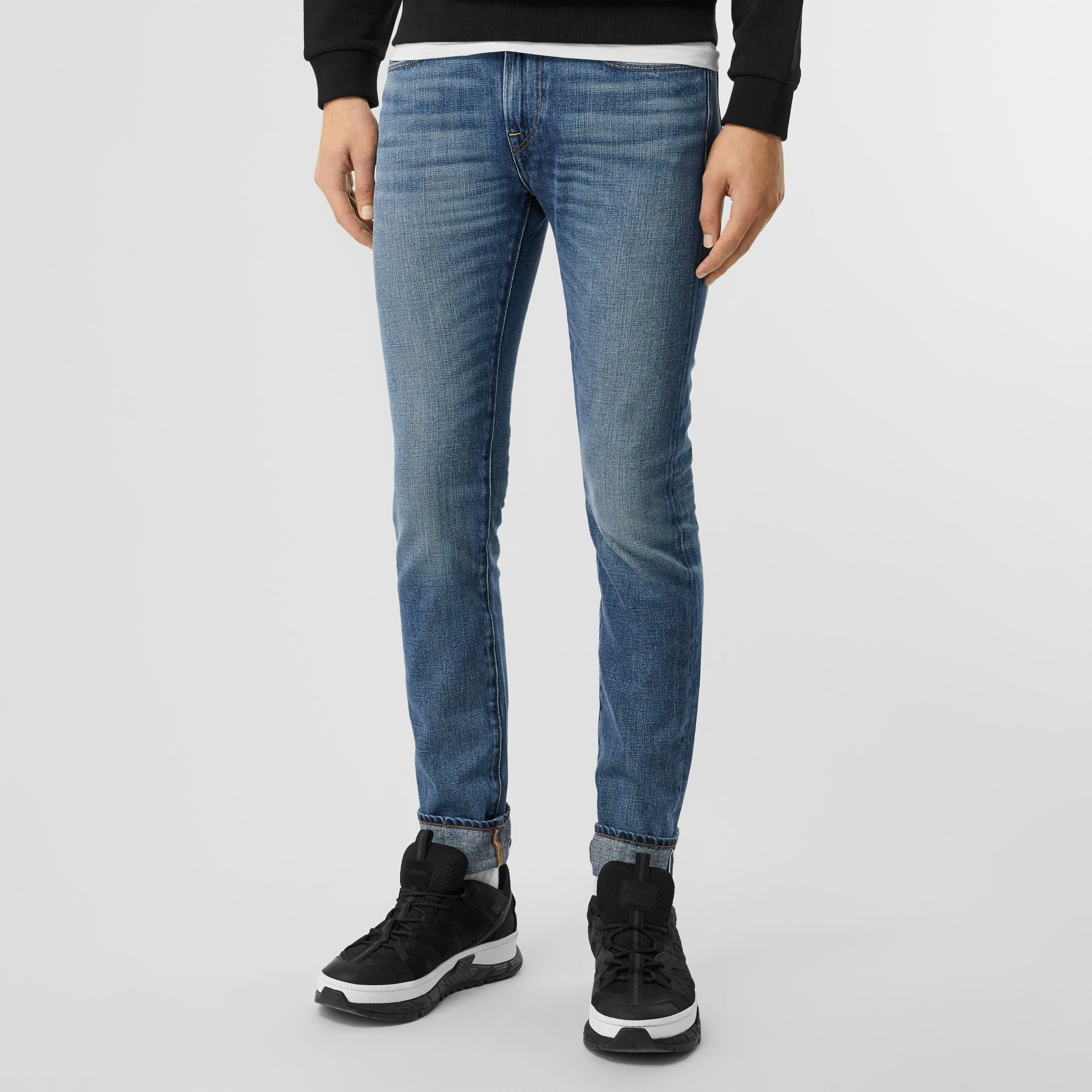 Jean de coupe slim en denim selvedge japonais délavé (Indigo Clair) - Homme | Burberry - photo de la galerie 4