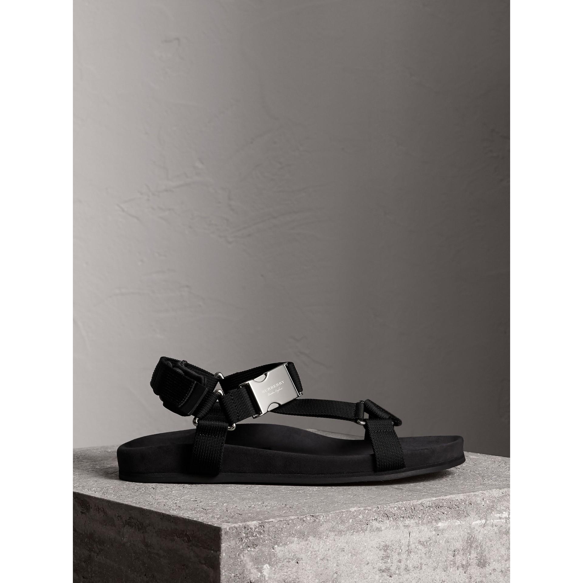 三點式繫帶防撕材質涼鞋 (黑色) - 男款 | Burberry - 圖庫照片 5