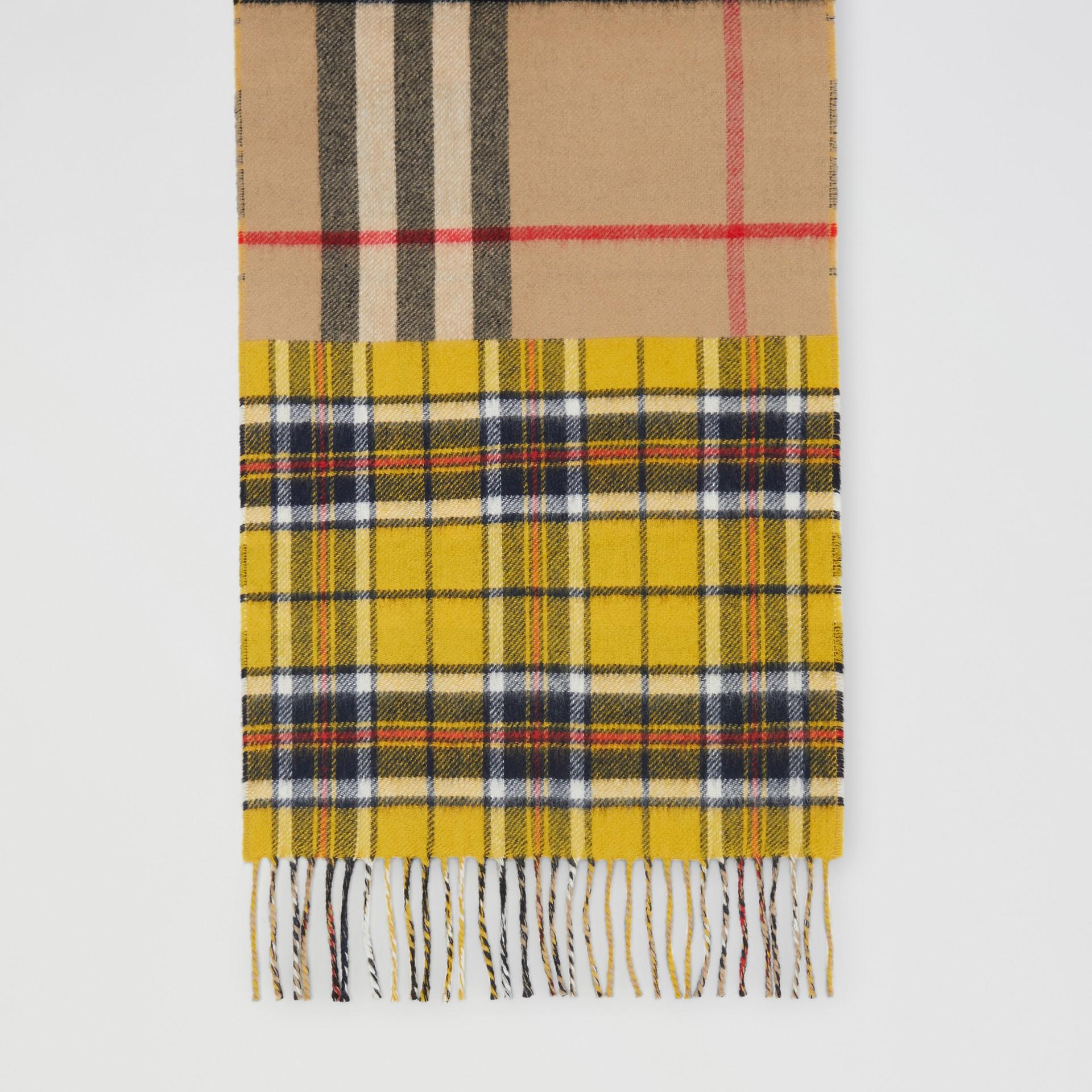 對比格紋喀什米爾美麗諾羊毛提花圍巾 (鮮黃色) | Burberry - 圖庫照片 4