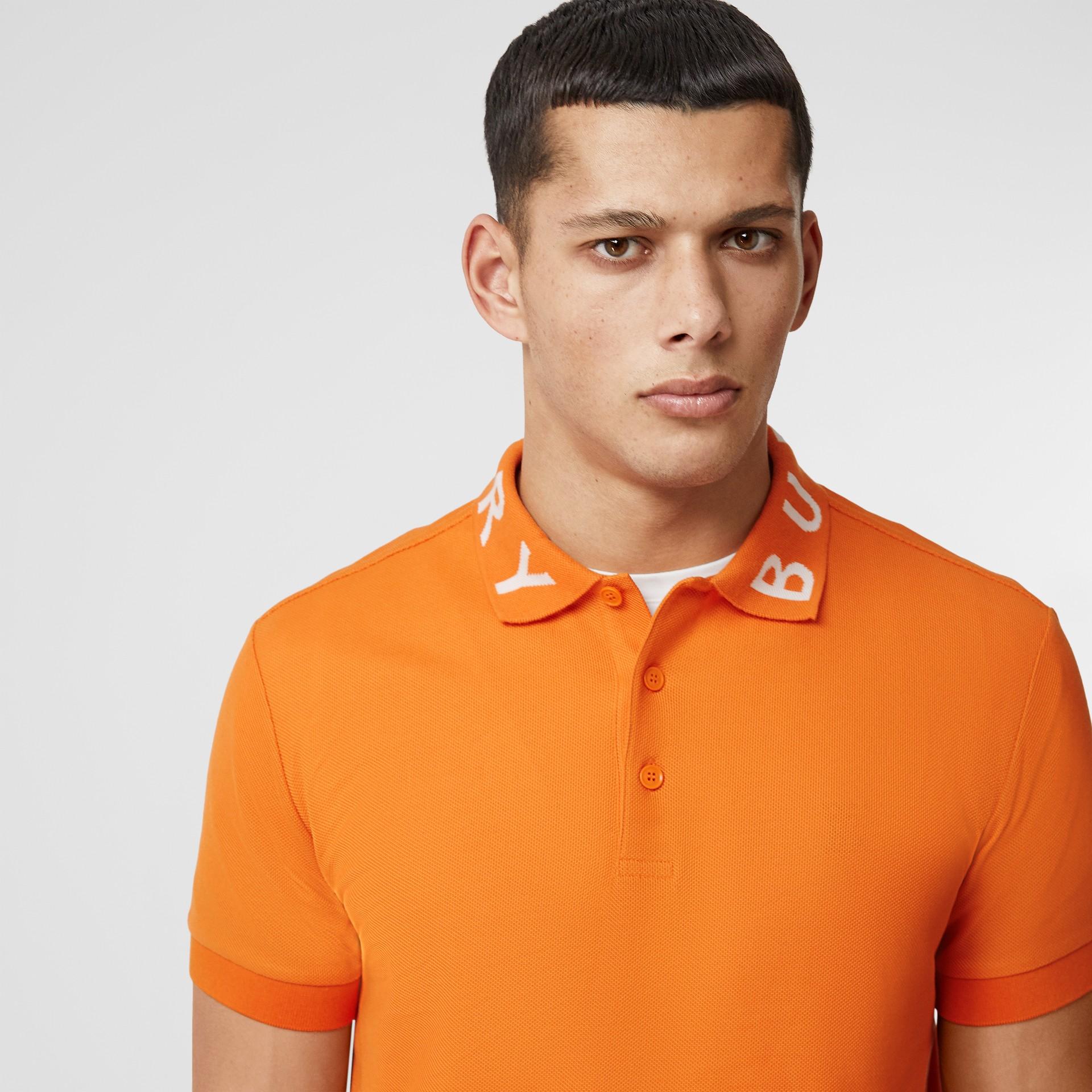 Polo in cotone piqué con logo a intarsio (Arancione Intenso) - Uomo | Burberry - immagine della galleria 1