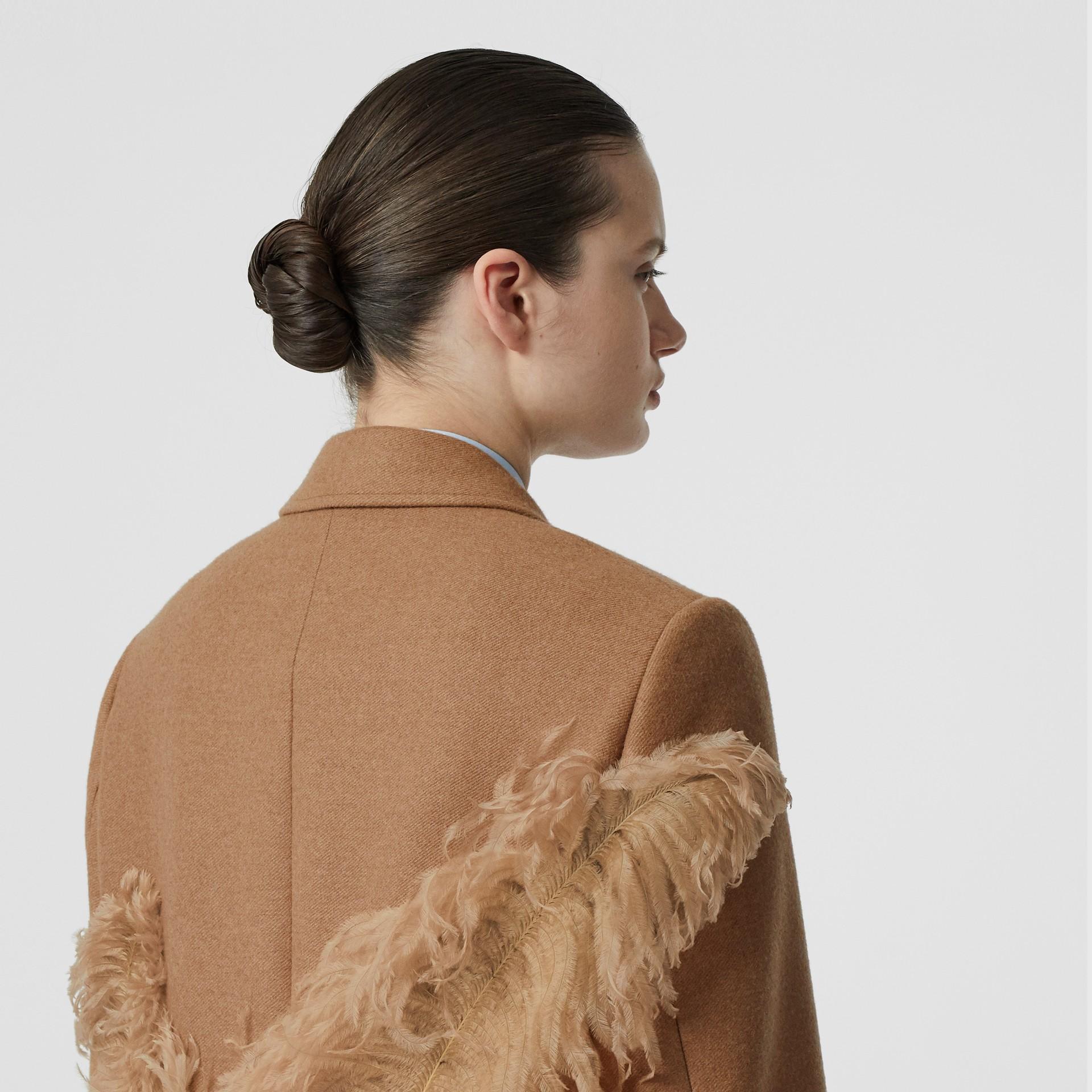 Abrigo de vestir en pelo de camello con detalle de plumas (Cámel) - Mujer | Burberry - imagen de la galería 5
