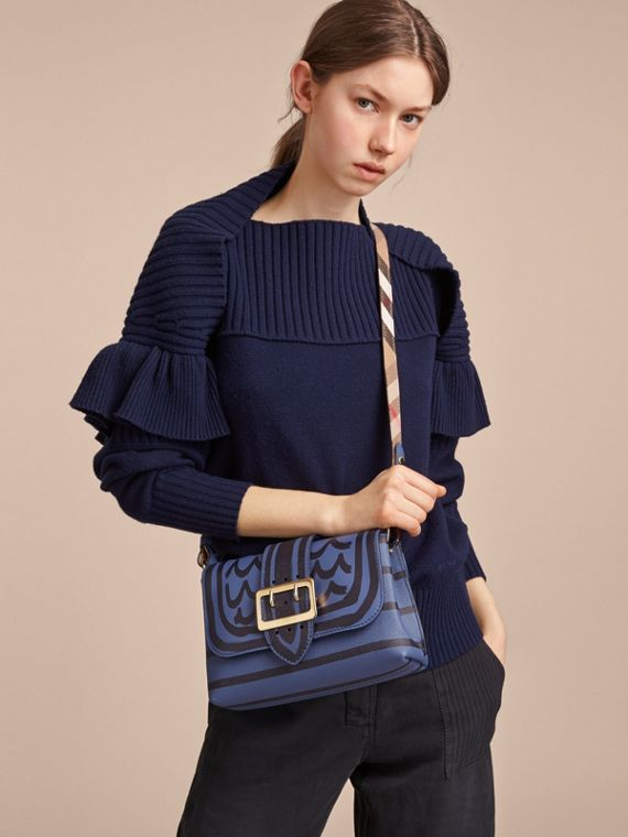 The Buckle Crossbody Bag aus Leder mit Trompe-l'Œil-Aufdruck