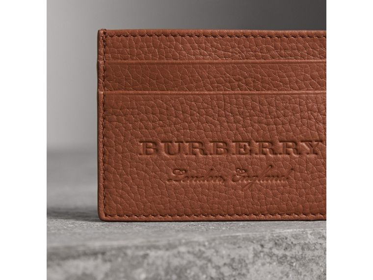 Porta carte di credito in pelle effetto texture (Chestnut Brown) | Burberry - cell image 1