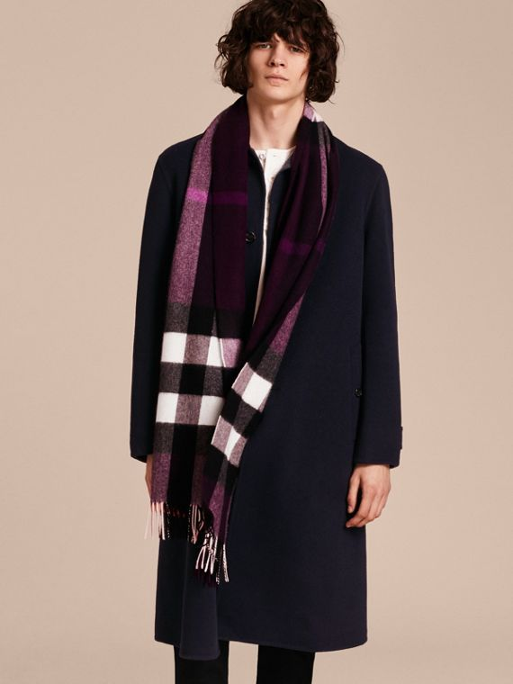 The Large Classic Cashmere Scarf in Check in Aubergine | Burberry - cell image 3