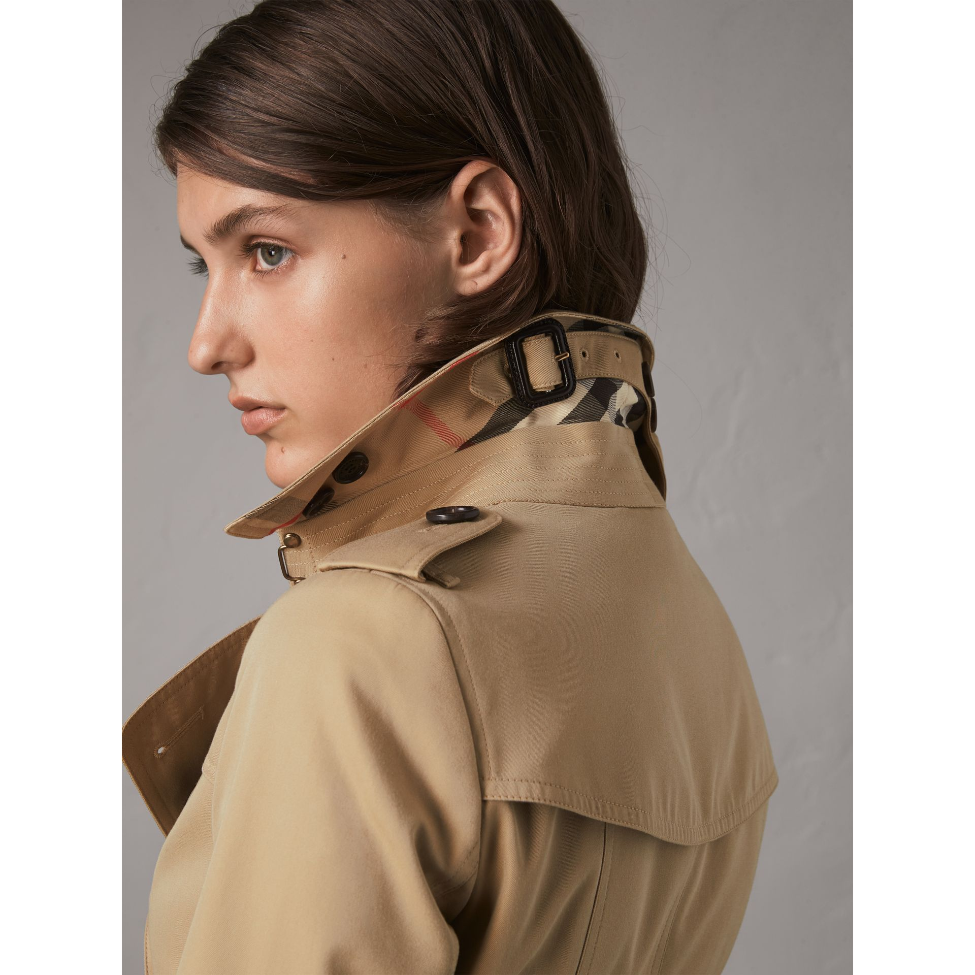 The Chelsea - Trench coat Heritage medio (Miele) - Donna | Burberry - immagine della galleria 2