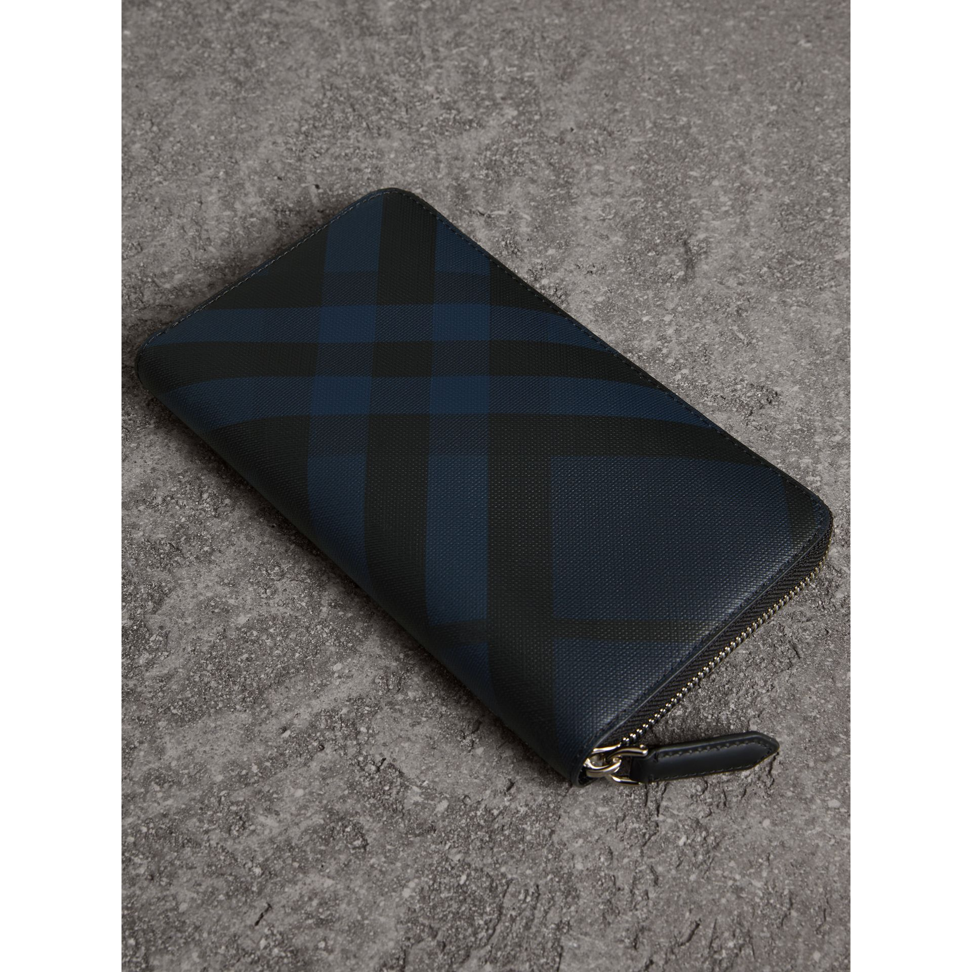 London Check Ziparound Wallet in Navy/black - Men | Burberry Hong Kong - gallery image 2