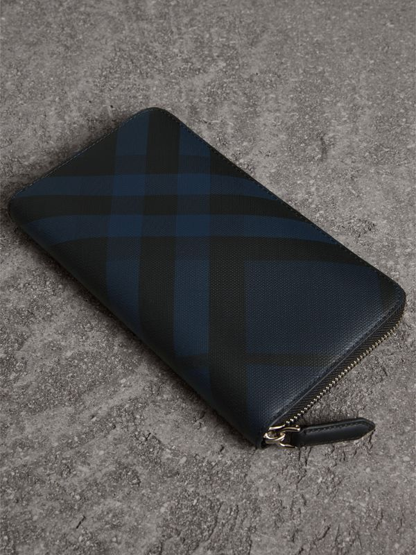 Cartera en London Checks con cremallera perimetral (Azul Marino/negro) - Hombre | Burberry - cell image 2