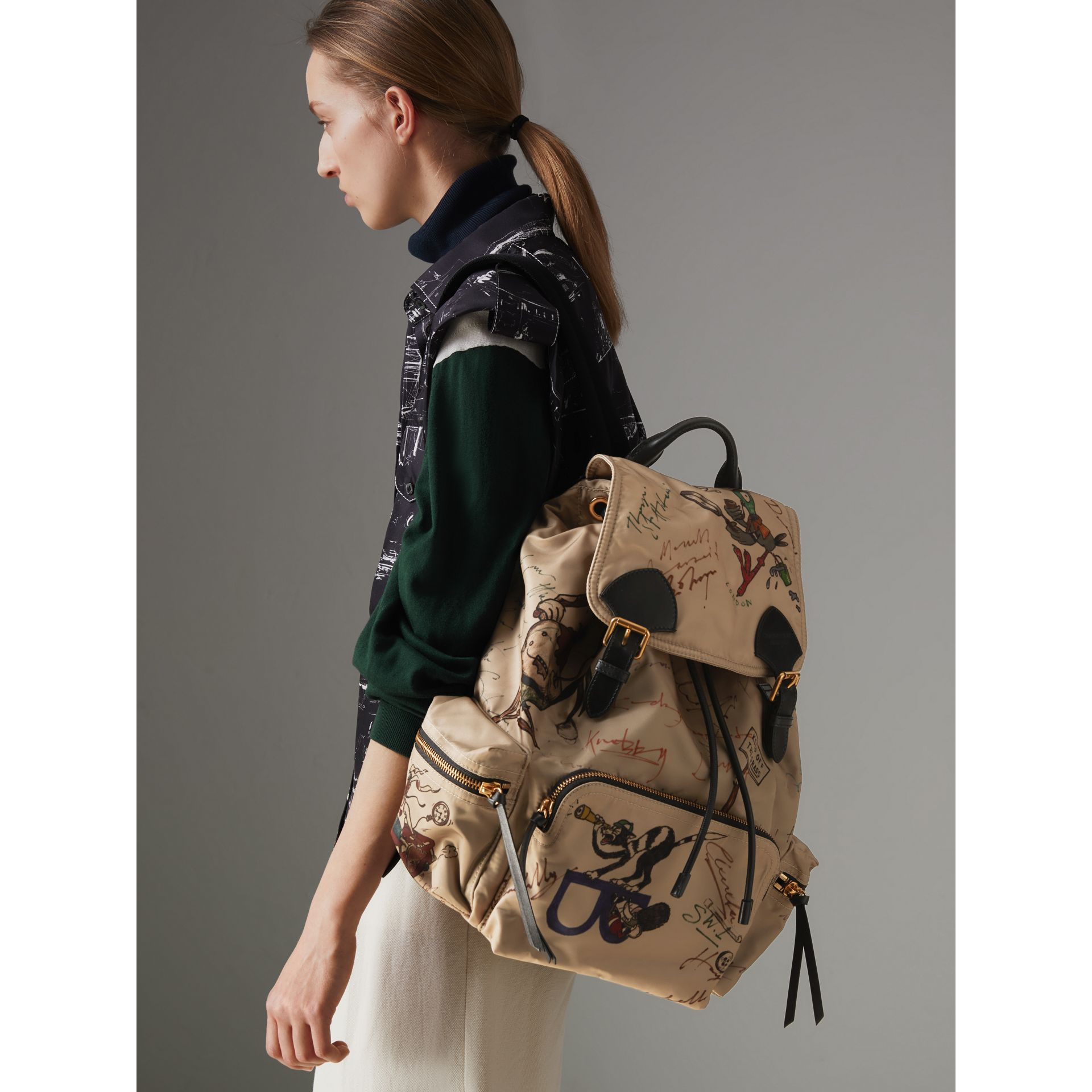 Grand sac The Rucksack en nylon avec imprimés dessinés (Miel) | Burberry - photo de la galerie 4