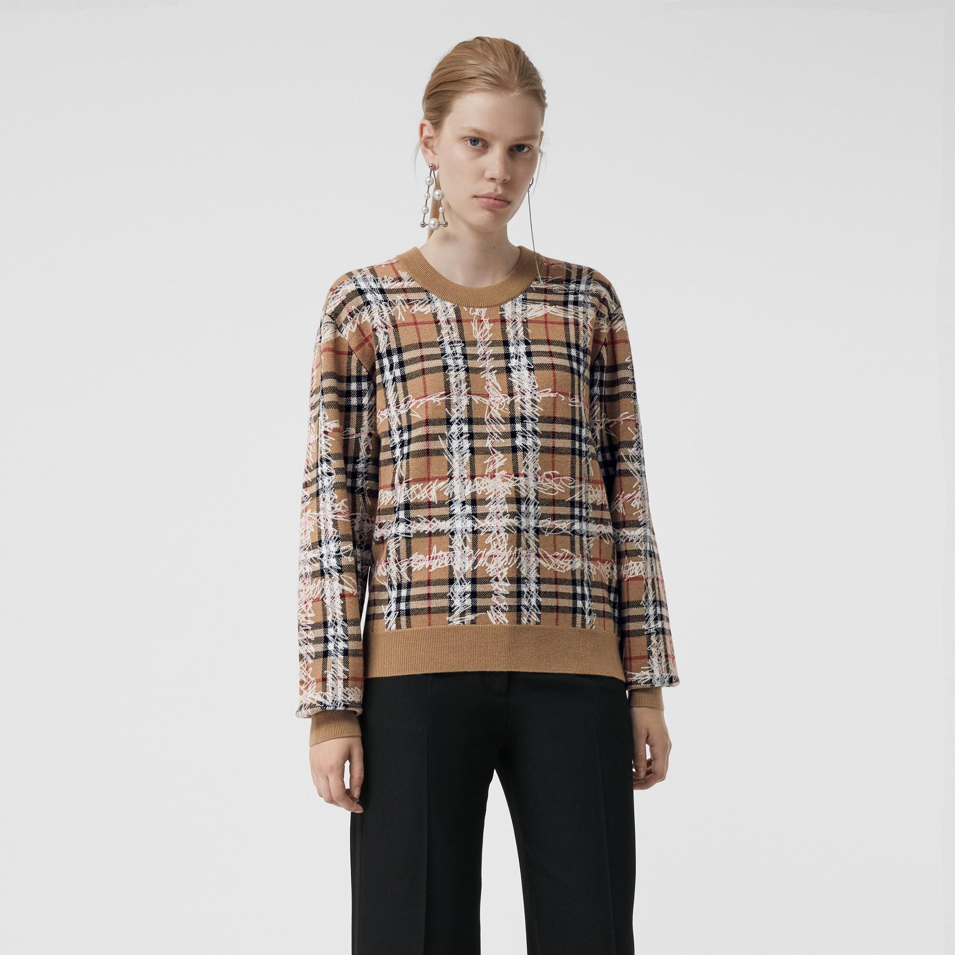 Pull en laine mérinos à motif check griffonné (Camel/blanc) - Femme | Burberry Canada - photo de la galerie 4