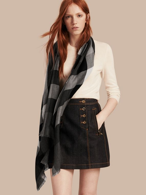 The Lightweight Cashmere Scarf in Check in Mid Grey - cell image 2