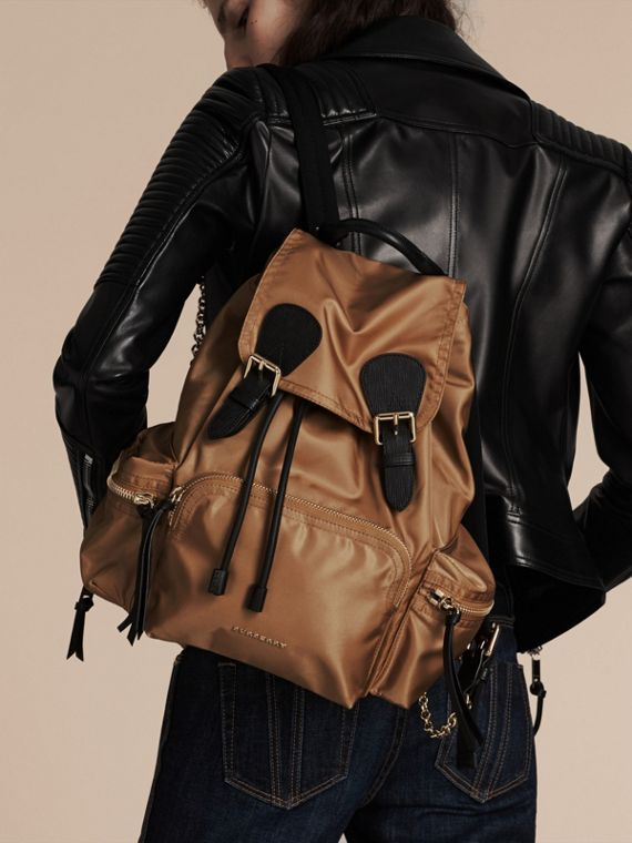 Zaino The Rucksack medio in nylon tecnico e pelle (Lino Chiaro) - Donna | Burberry - cell image 3