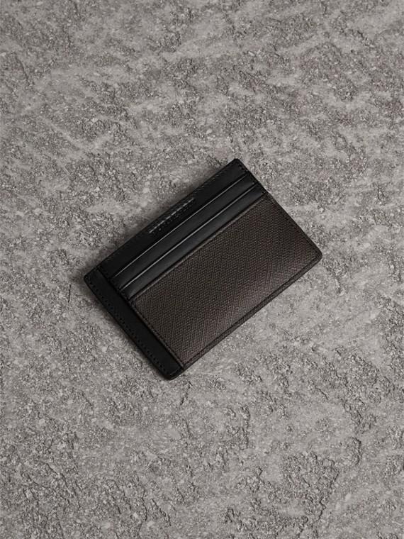 Porta carte di credito con motivo Smoked check (Cioccolato/nero)