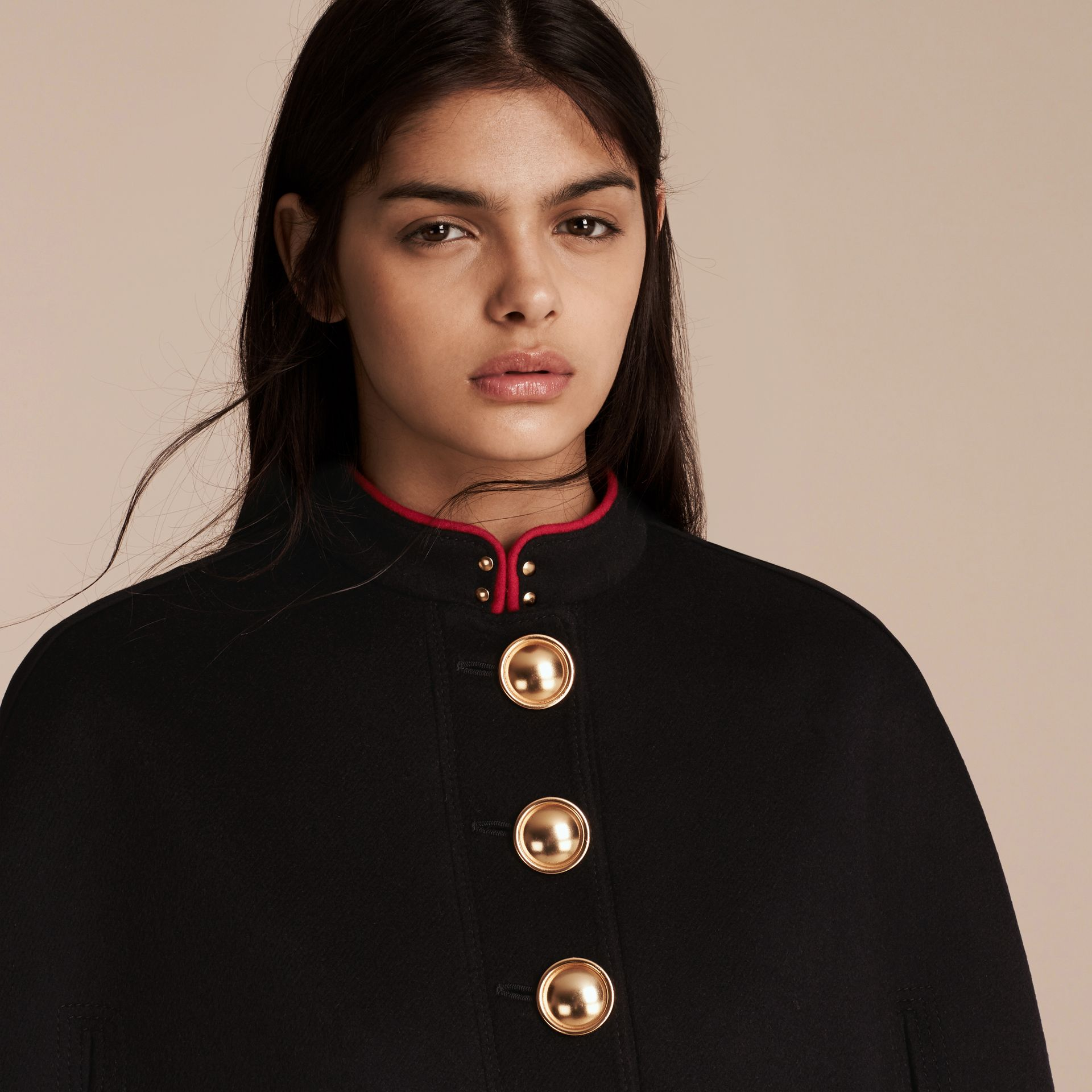 Nero Cappotto a mantella in lana e cashmere con dettagli militari - immagine della galleria 5
