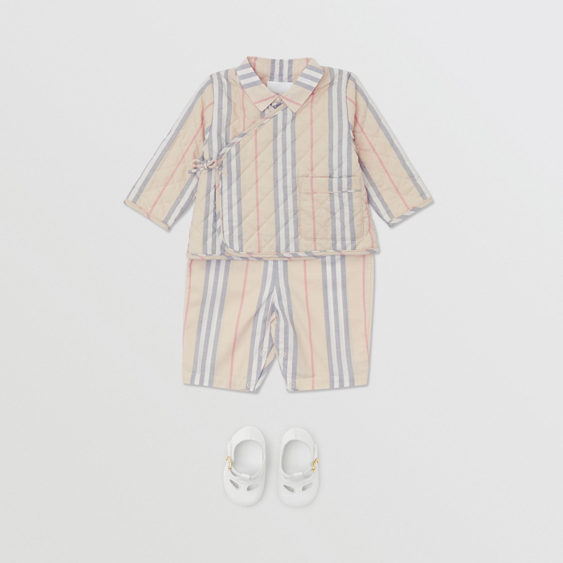 Chaqueta cruzada en algodón acolchado a rayas Icon Stripe (Piedra Pálido) - Niños | Burberry - imagen de la galería 2