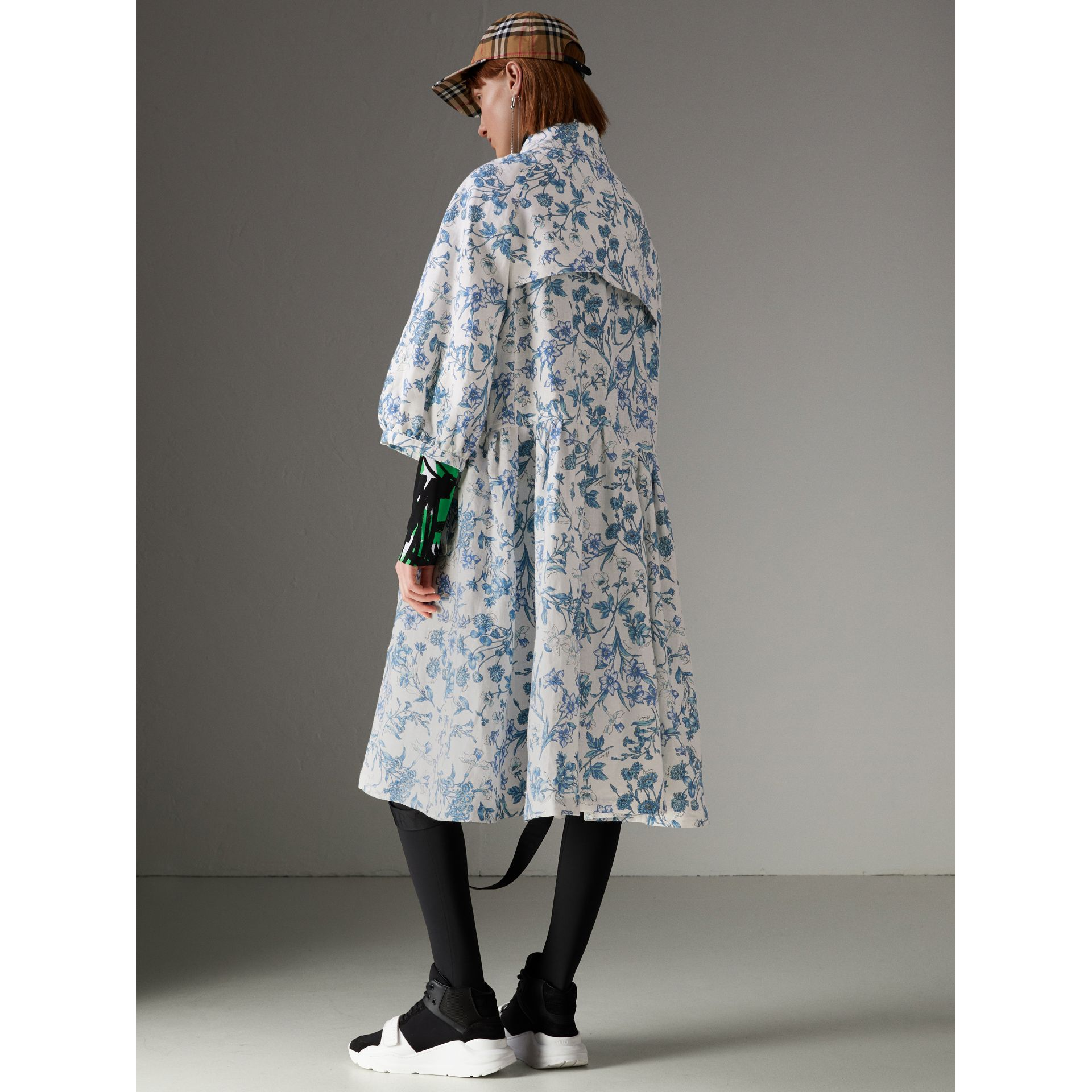 Reissued 2005 Floral Print Linen Dress Coat in Blue China - Women | Burberry Australia - gallery image 2