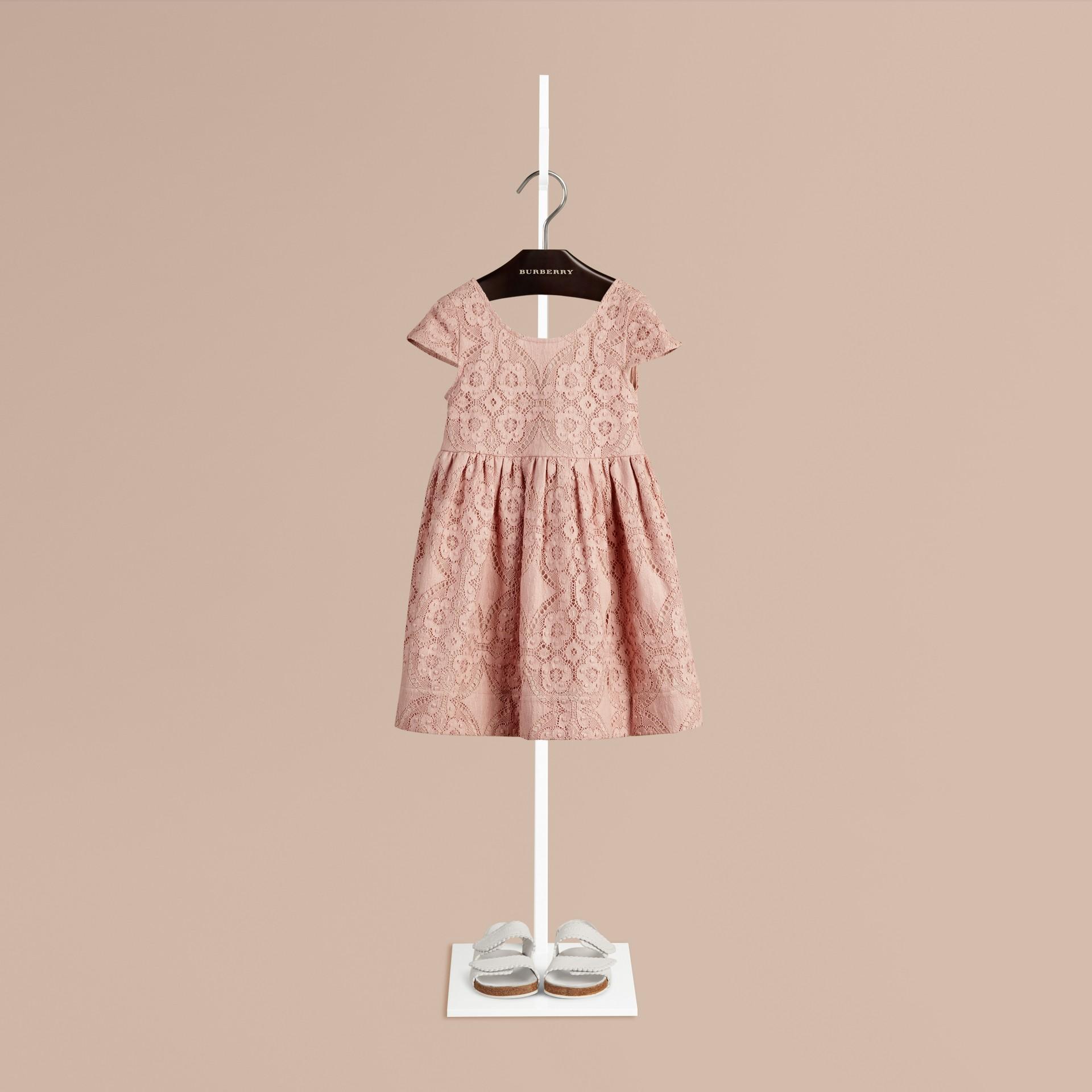 Distelfarben-rosa Kleid aus englischer Spitze mit Flügelärmeln Distelfarben-rosa - Galerie-Bild 1