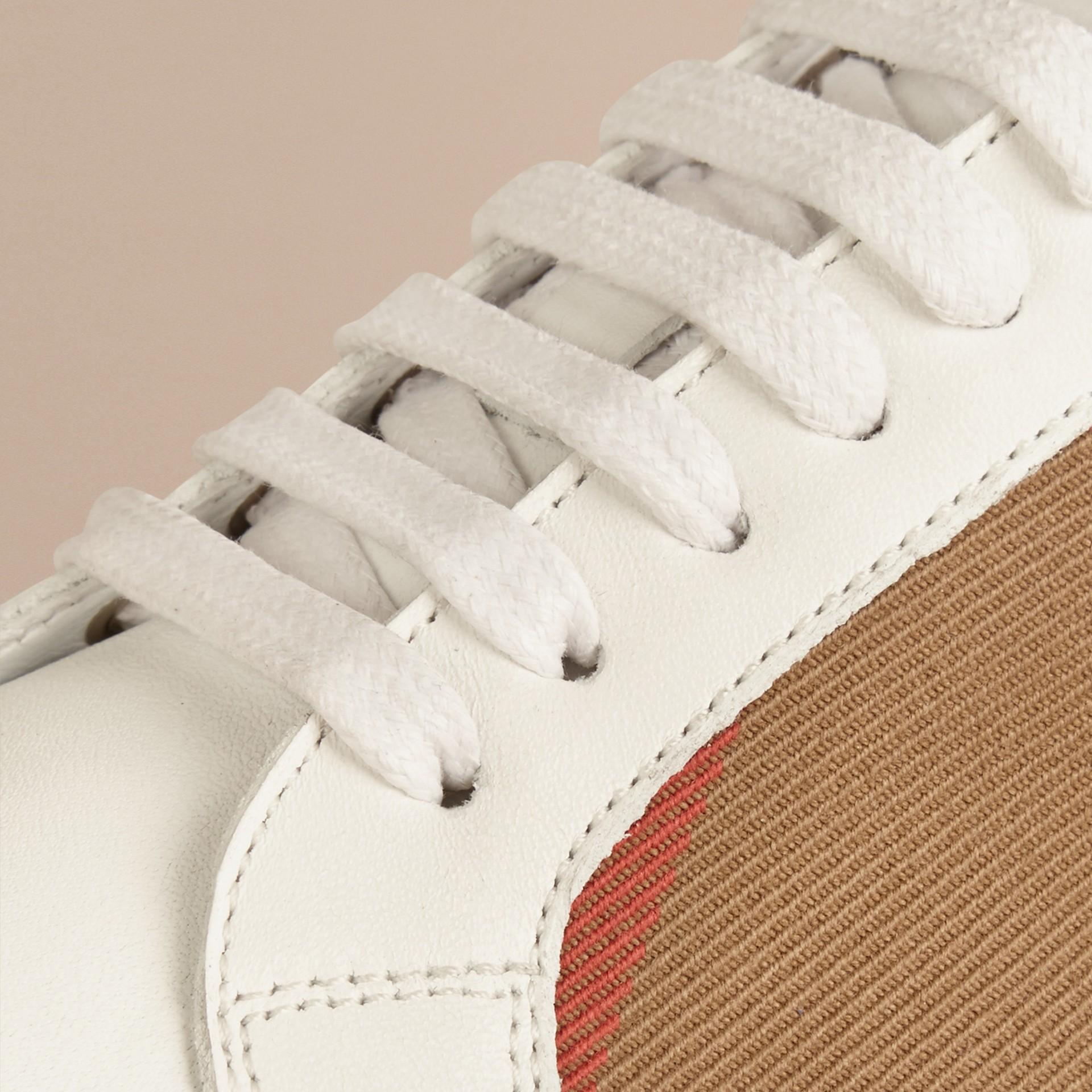 House check/bianco ottico Sneaker in pelle con dettagli check - immagine della galleria 2