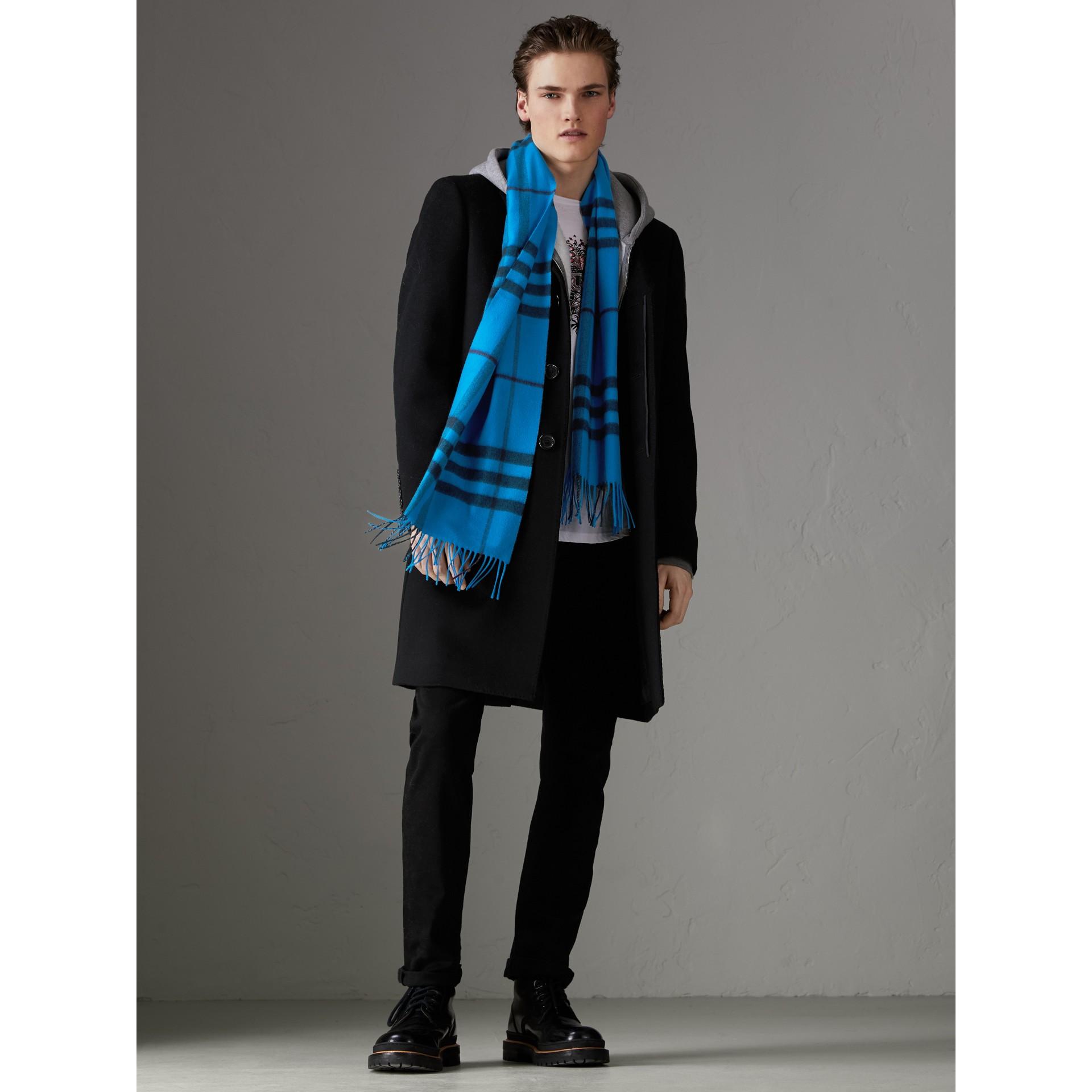 套染特大格紋喀什米爾圍巾 (亮藍色) | Burberry - 圖庫照片 3