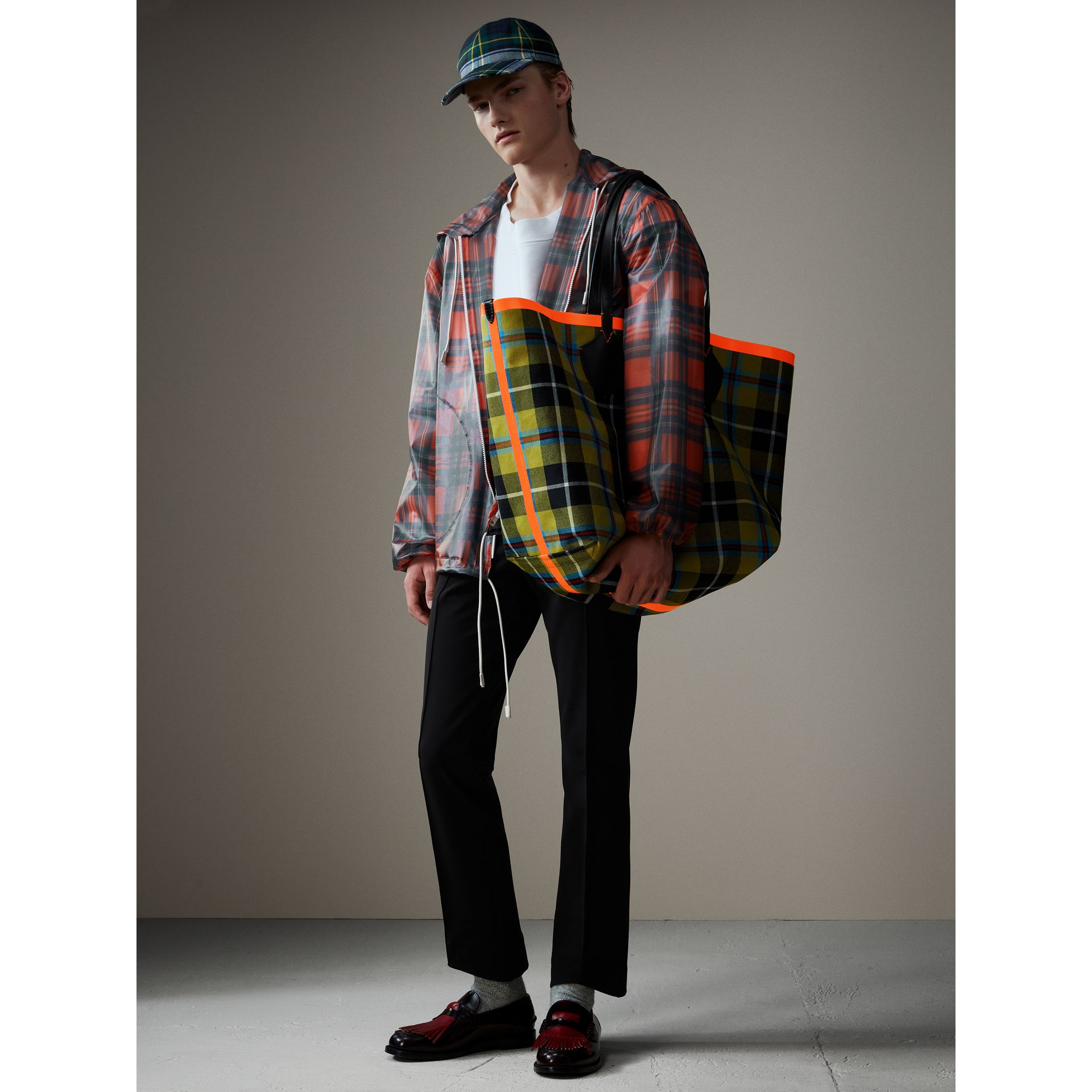 The Giant Reversible Tote in Tartan Cotton in Flax Yellow/red | Burberry - gallery image 4
