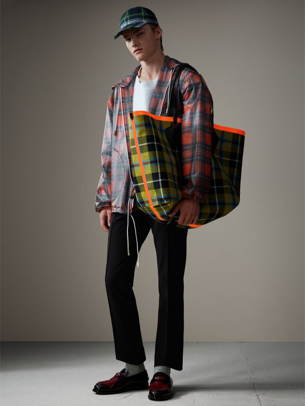 The Giant Reversible Tote in Tartan Cotton in Flax Yellow/red | Burberry - cell image 3