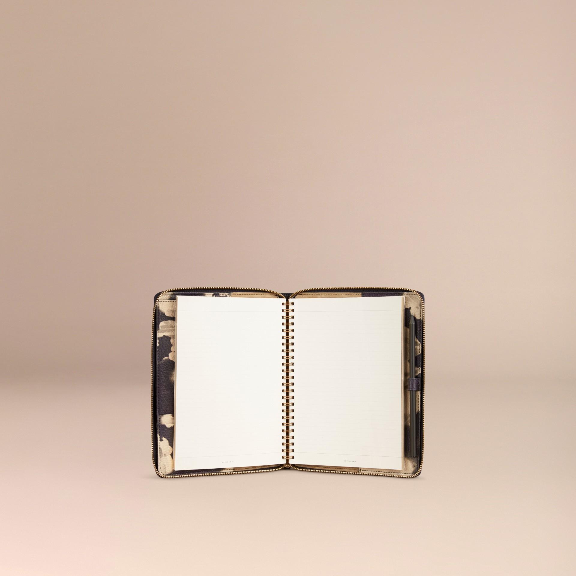 Pietra Taccuino formato A5 in pelle a grana con cerniera su tre lati e stampa tipo tintura a riserva Pietra - immagine della galleria 3
