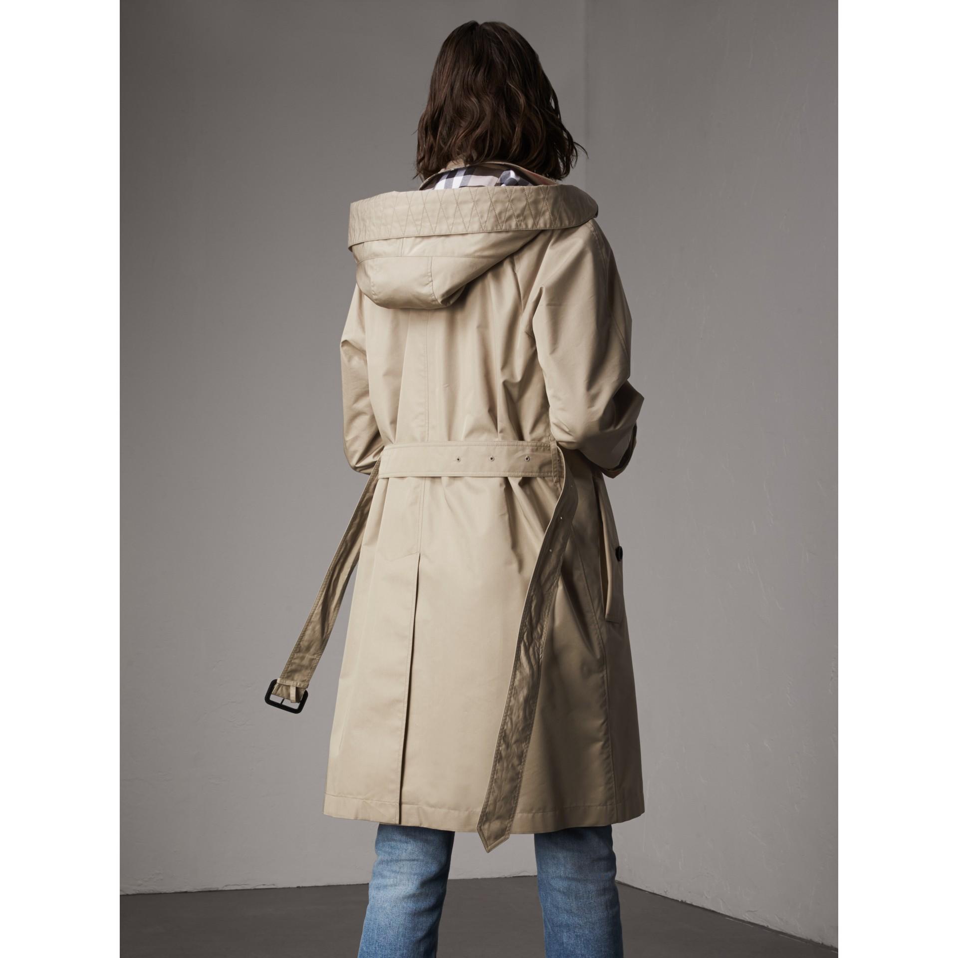 Abrigo tres cuartos en mezcla de algodón con capucha de quita y pon (Piedra) - Mujer | Burberry - imagen de la galería 2
