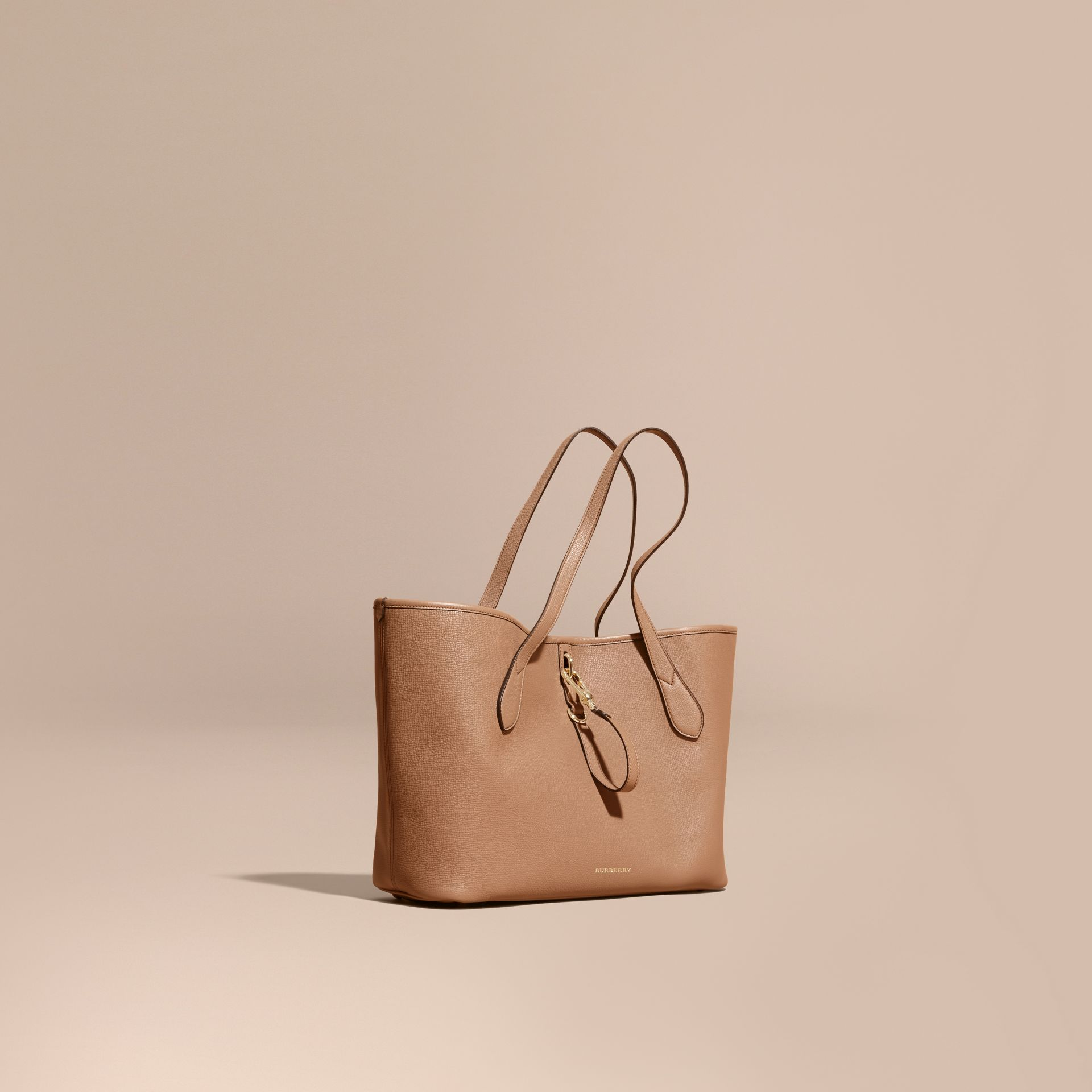 Sac tote medium en cuir grainé Sable Foncé - photo de la galerie 1