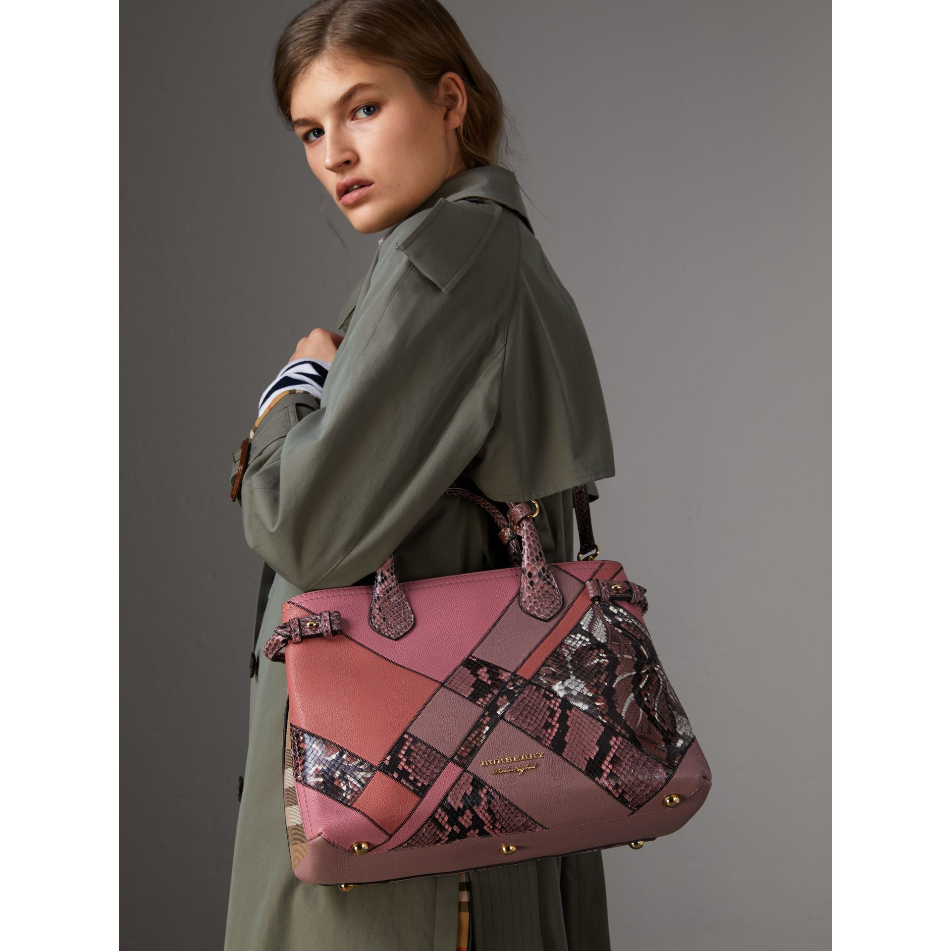 Sac The Banner medium en cuir et python façon patchwork (Rose Cendré) - Femme | Burberry Canada - photo de la galerie 3