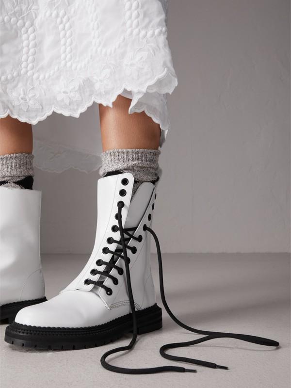 Botas de couro assimétricas com cadarço (Branco Ótico) - Mulheres | Burberry - cell image 2