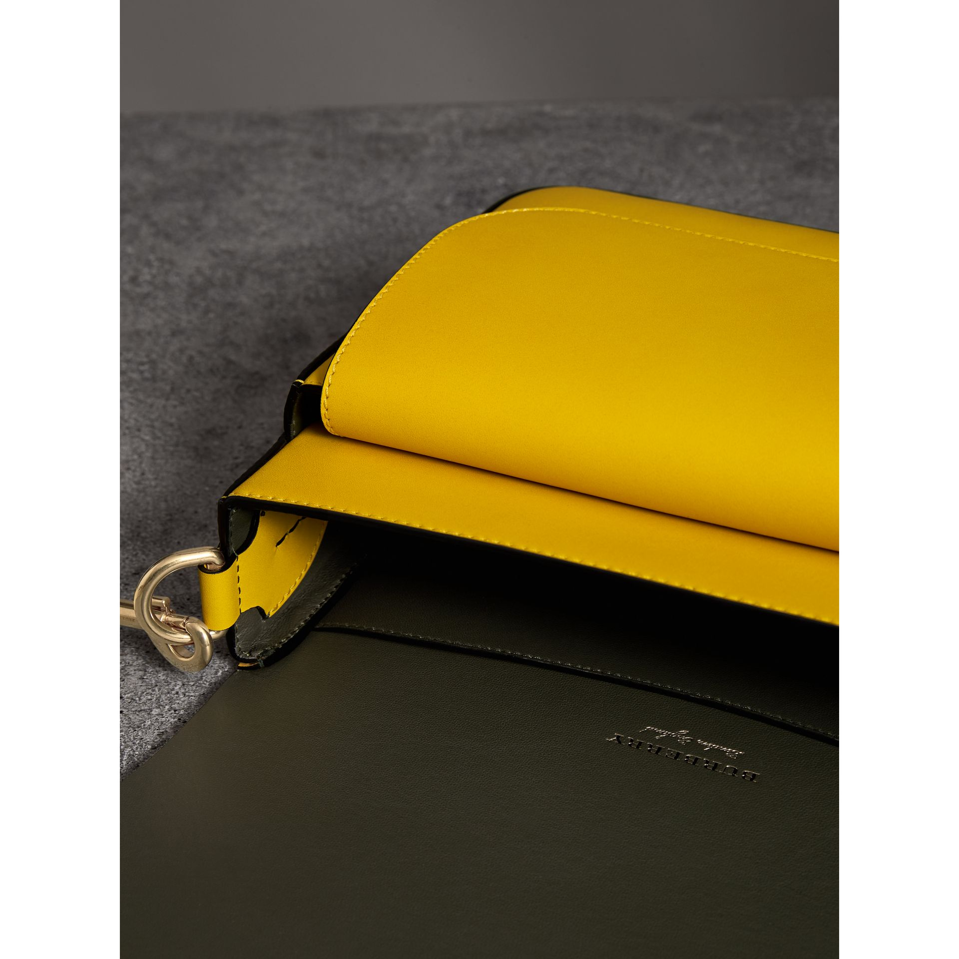 The Satchel squadrata grande in pelle (Giallo Larice Intenso) - Donna | Burberry - immagine della galleria 5