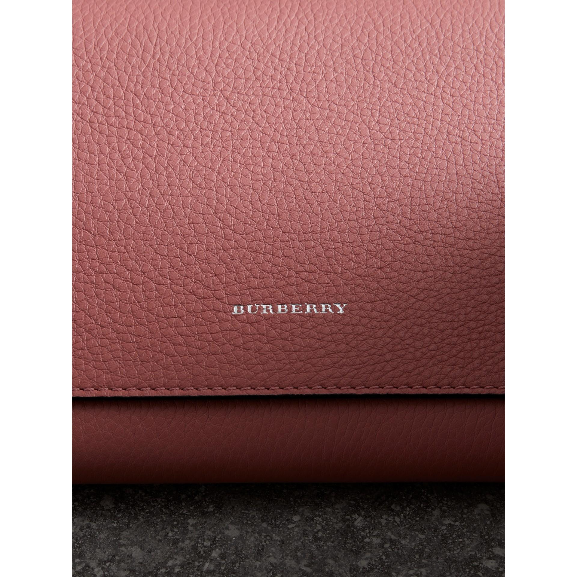 Bolsa clutch de couro em dois tons com tira de pulso (Rosa Terroso) - Mulheres | Burberry - galeria de imagens 1