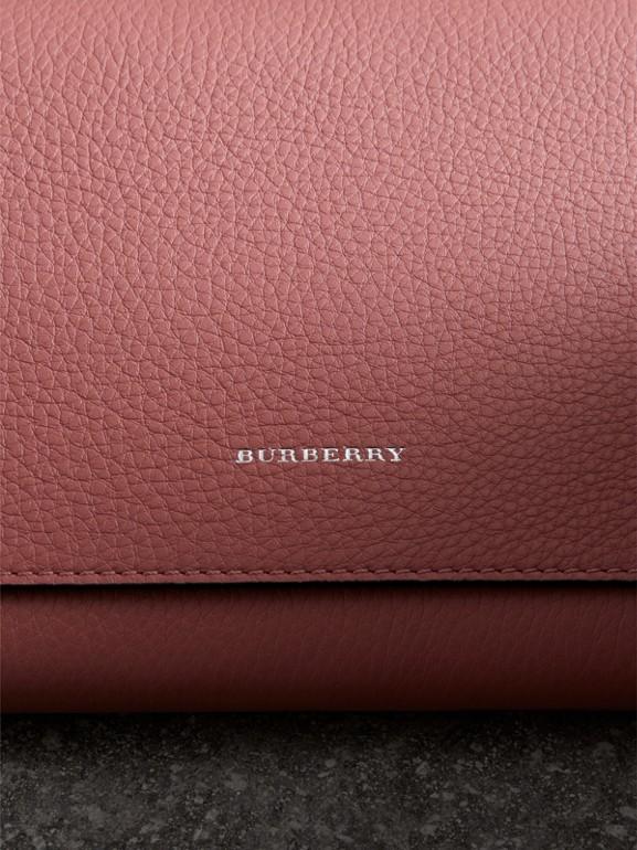 Bolsa clutch de couro em dois tons com tira de pulso (Rosa Terroso) - Mulheres | Burberry - cell image 1