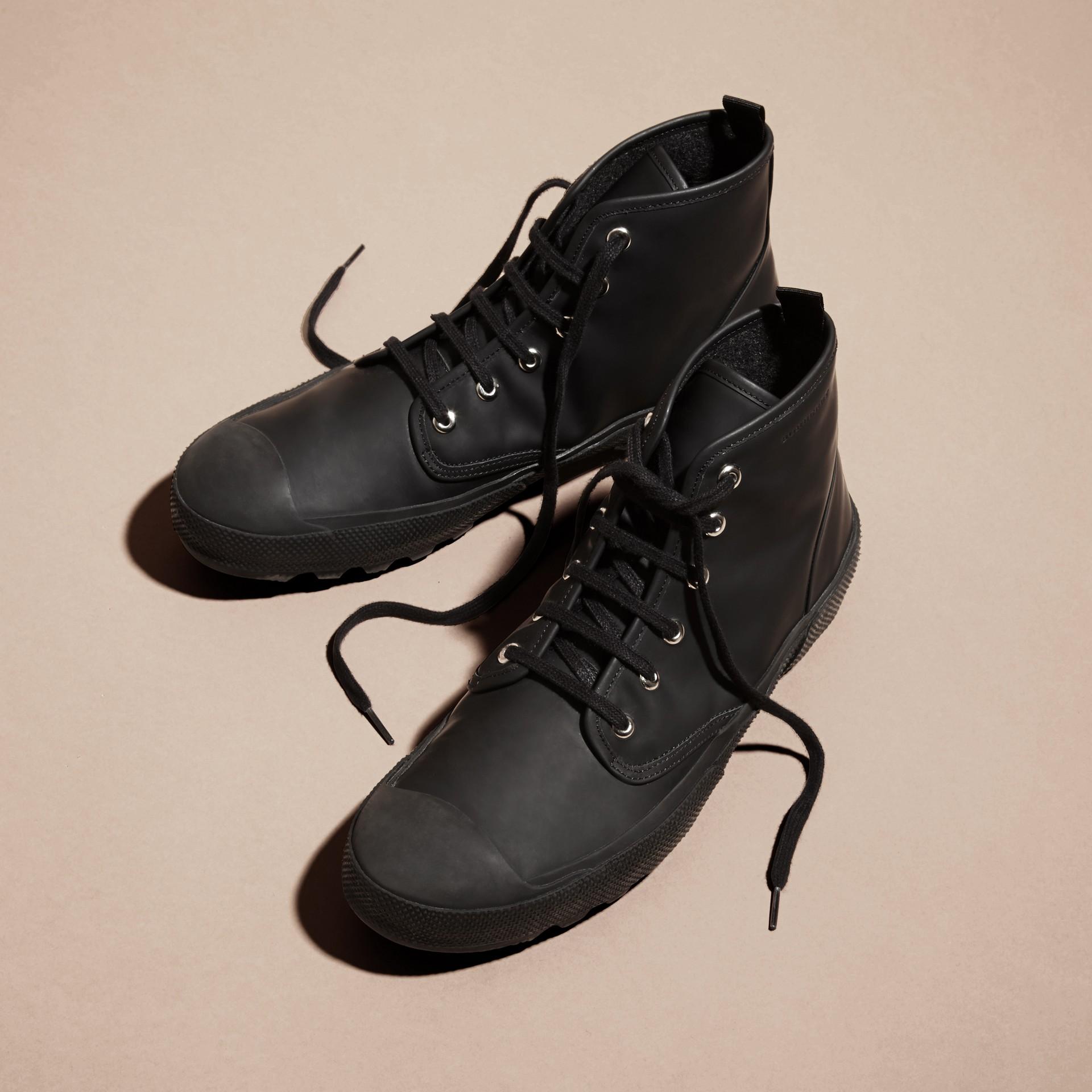 Nero Stivali con lacci in pelle gommata - immagine della galleria 5