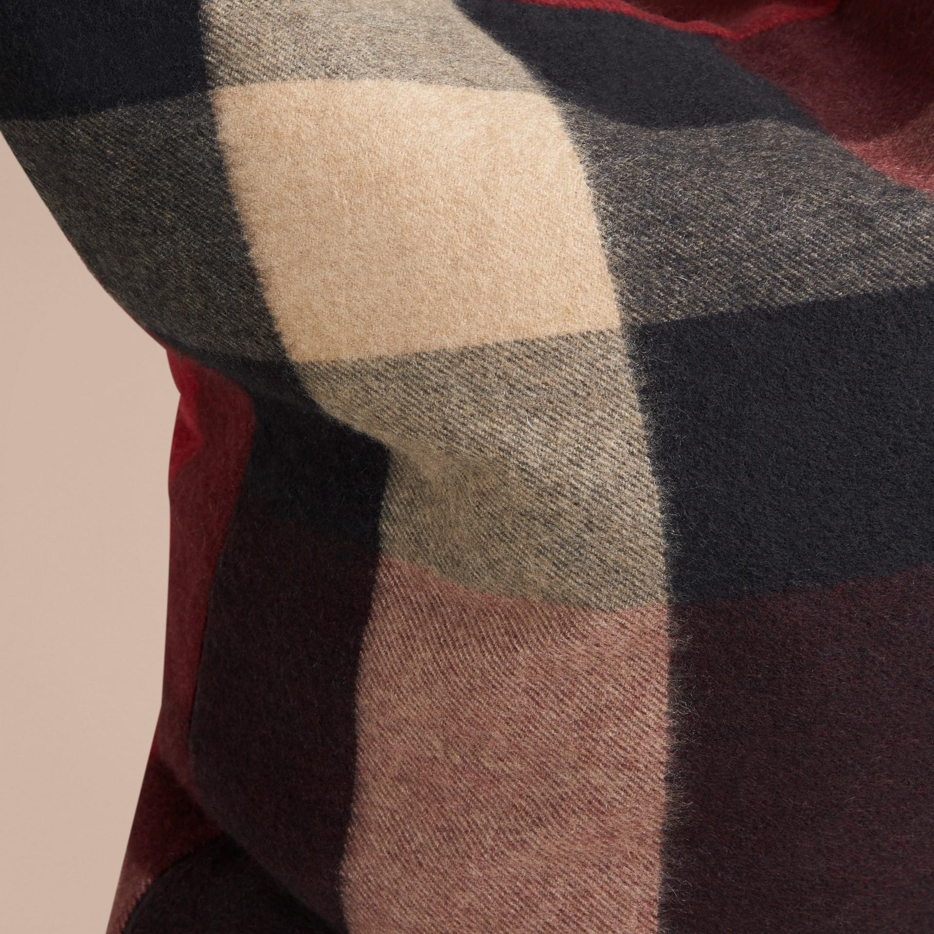 Rosso violetto Copricuscino in cashmere con motivo check Rosso Violetto - immagine della galleria 2