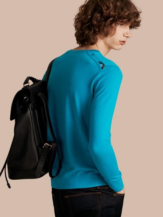 Suéter de cashmere leve com gola redonda e detalhe xadrez Bright Mineral Blue